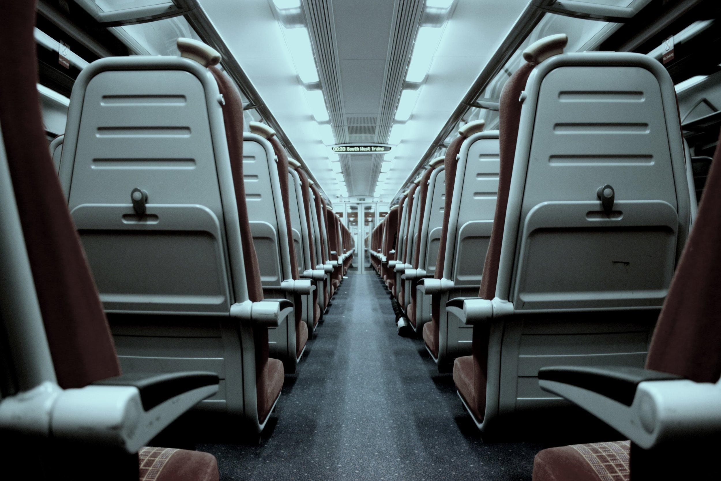 Espera en la Pista - Una vez hayan abordado el avión la aerolínea no puede tener a los pasajeros más de tres horas sentados esperando a un despegue. Es obligación mantenerlos informados cada 30 minutos.