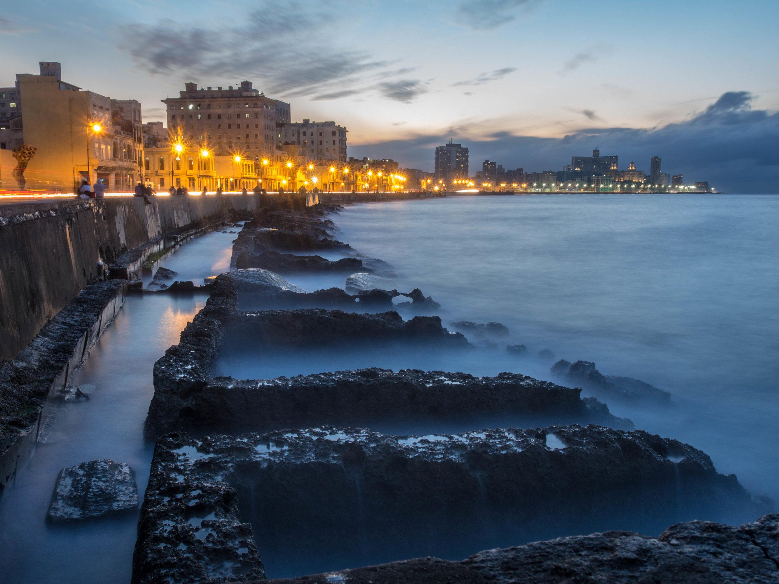 La Habana - ¿Quieres despedir el año disfrutando del calor caribeño? La Habana en Cuba es la respuesta. Aquí podrás disfrutar de playas y actividades al aire libre en plena época invernal, sin sacrificar el espíritu de la época navideña. El pueblo cubano, celebra la Navidad con alegría y estar allí te contagiará y hará de tu viaje uno especial. La Habana, mantiene sus costos de hospedajes y actividades relativamente económicos durante la época navideña lo que hará que puedas disfrutar tu viaje sin gastar una fortuna.