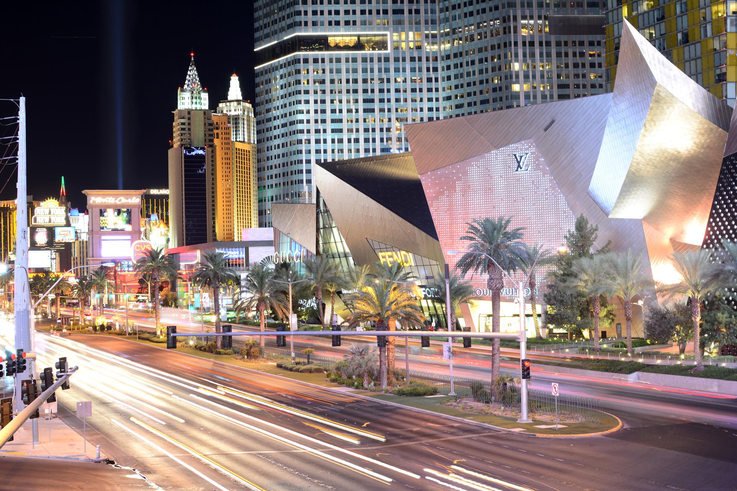 Las Vegas - Si lo tuyo son las fiestas sin límite, Las Vegas es un destino que debes considerar. Una ciudad que nunca duerme. Aquí tendrás muchas opciones para despedir el año con grandes celebraciones y entretenimiento sin fin. En unas pocas horas podrás llegar conduciendo al Gran Cañón y sus paisajes únicos llenos de nieve en la época navideña. Las Vegas ofrece excelentes precios de hospedaje para la época navideña y si vas en grupo es un destino ideal para disfrutar entre los tuyos.