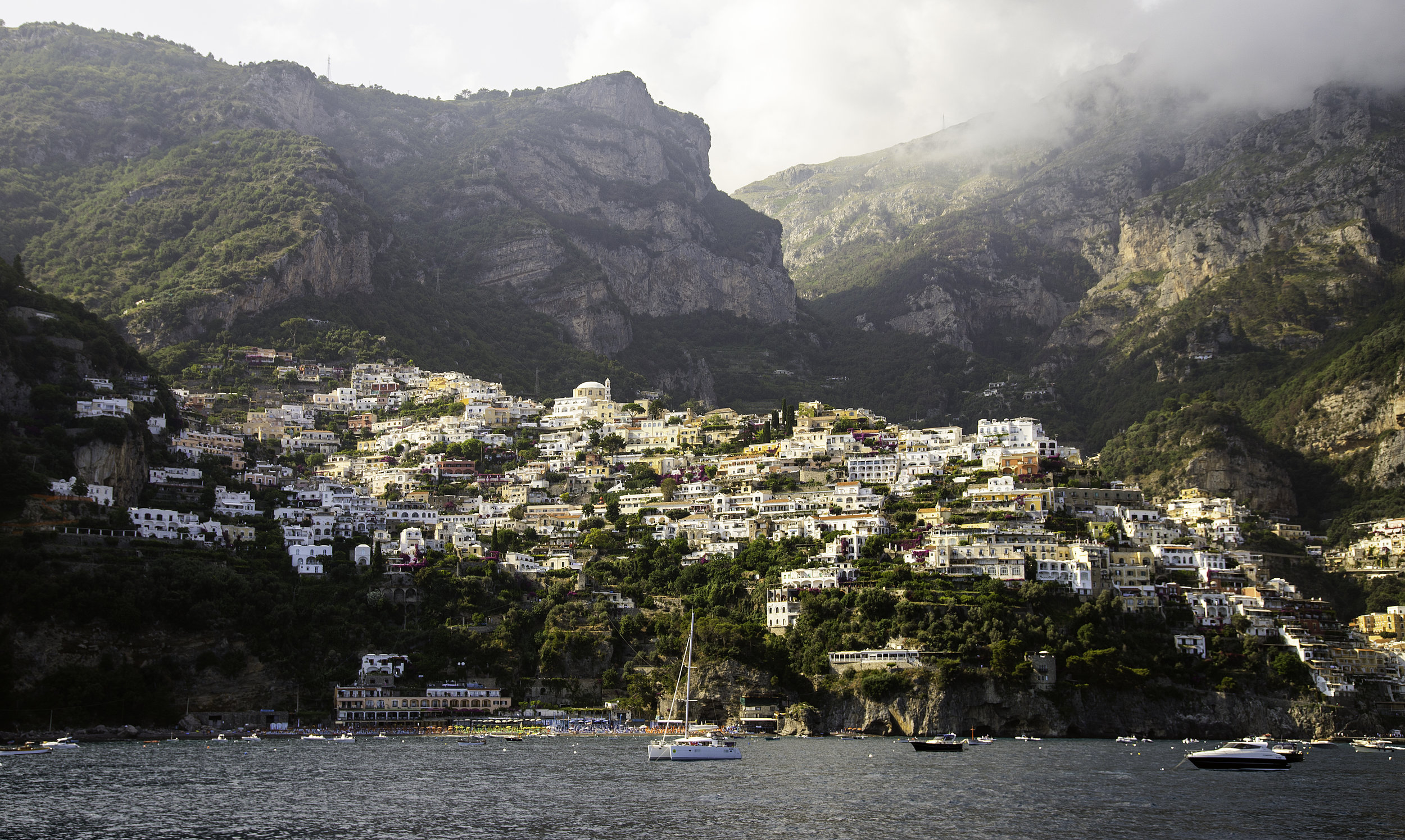 Costa Amalfi - La costa amalfina en Italia es nuestro destino #1 para viajar con Mamá. Desde vistas que te robarán el aliento, hasta los restaurantes familiares que te harán recordar buenos momentos. Este tesoro mediterráneo añadirá un recuerdo inolvidable a tu familia. No olvides quedarte en Positano y visitar los famosos pueblos de Matera y Ravello.