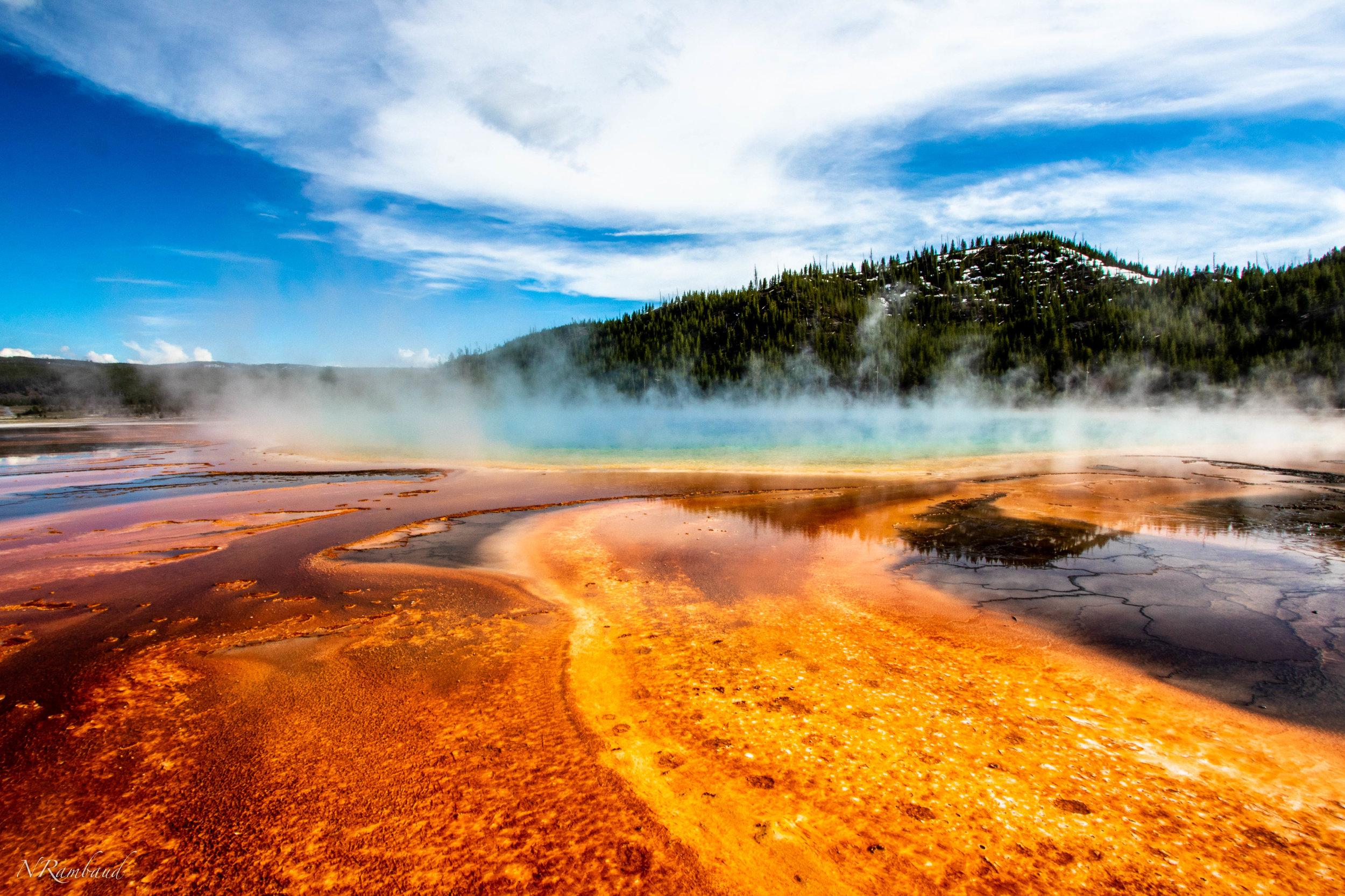 Yellowstone - Para un familia la cual le es difícil viajar lejos, Yellowstone, el parque nacional más hermoso de los Estados Unidos es un destino que debe ser considerado. Fácil de llegar por aire o conduciendo. Una semana en este paraíso terrenal traera momentos de relajación total a la familia mientras disfrutan de los paisajes increíbles del centro de los Estados Unidos. Desde bisontes hasta osos y desde picos nevados hasta geysers y cataratas impresionantes, Yellowstone es un joya que añadirá momentos inolvidables a la historia familiar.