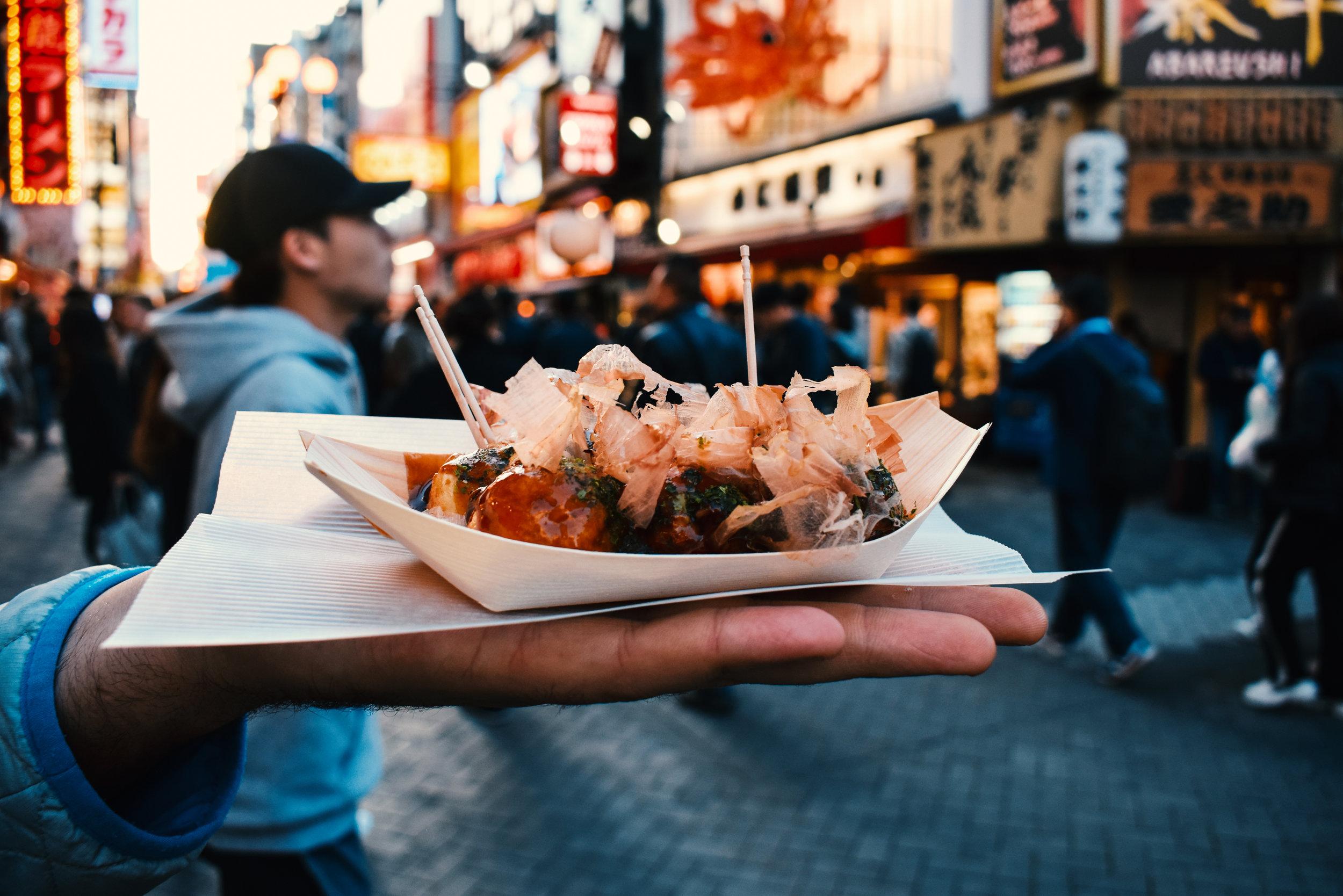 Comida Local - Hay que aventurarse a probar la comidad local. Una gran preocupación de muchos viajeros es los estándares de salubridad de la comida callejera. Sin embargo, un buen consejo es que siempre se investigue y se indague con otros viajeres para saber cuáles son las mejores opciones de comida callejera sin gastar ua fortuna. En paises como Vietnam, Laos, Filipinas e Indonesia podrás cenar comida deliciosa por menos de $4 dólares americanos.