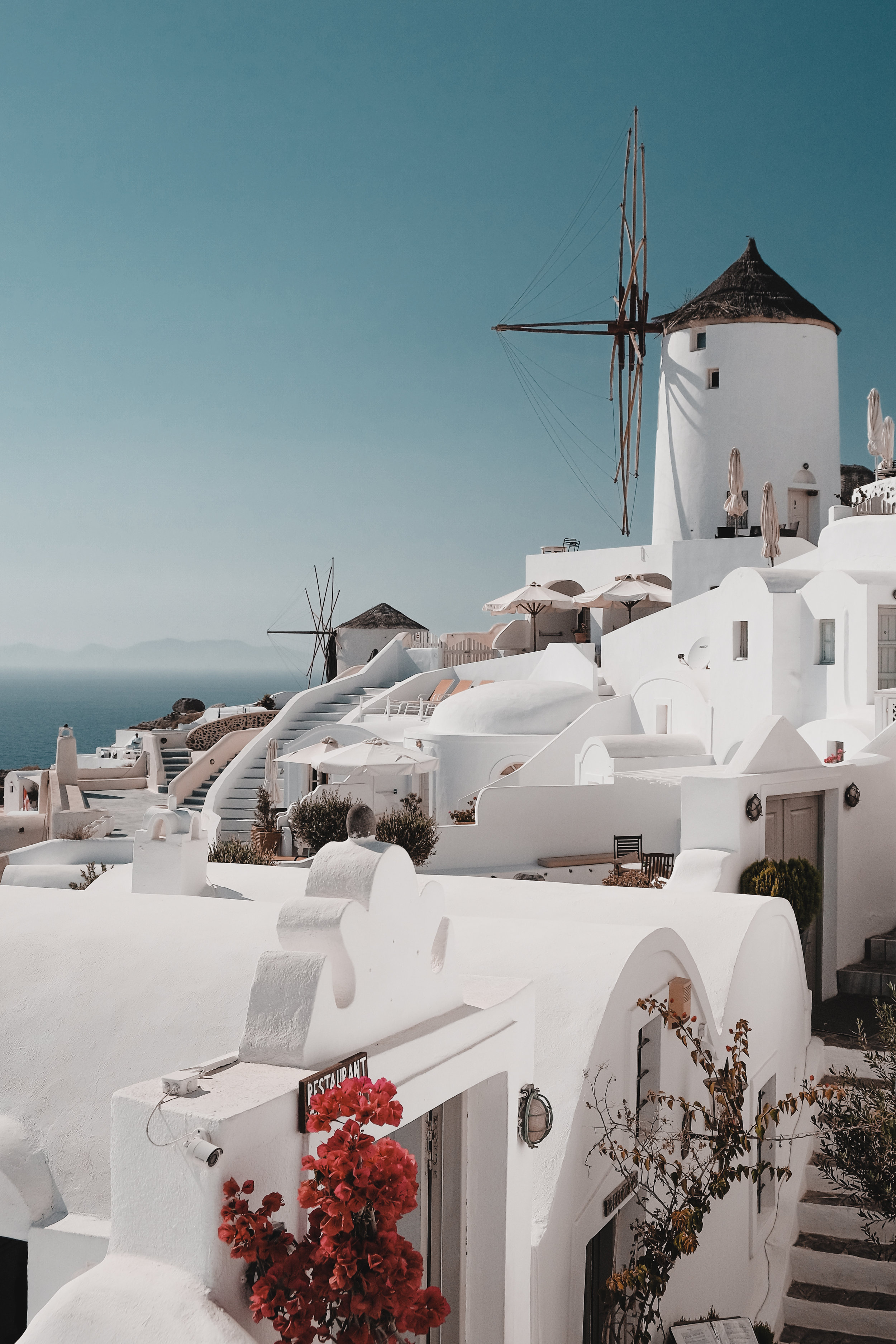 Hospedaje - Oia, el lugar más famoso para ver los atardeceres es el pueblo más costoso de Santorini para hospedarse. Sin embargo, es una experiencia única que vale la pena ser experimentada. Fira, la capital, es el área con más opciones de fiestas y tiendas. Es más económica que Oia. Sin embargo, si el viajero va en plan de ahorro, puede considerar hospedarse en los pueblos de Imerovigli o Firostafani, ambos muy hermosos y con costos muy económicos si se comparan con Oia.