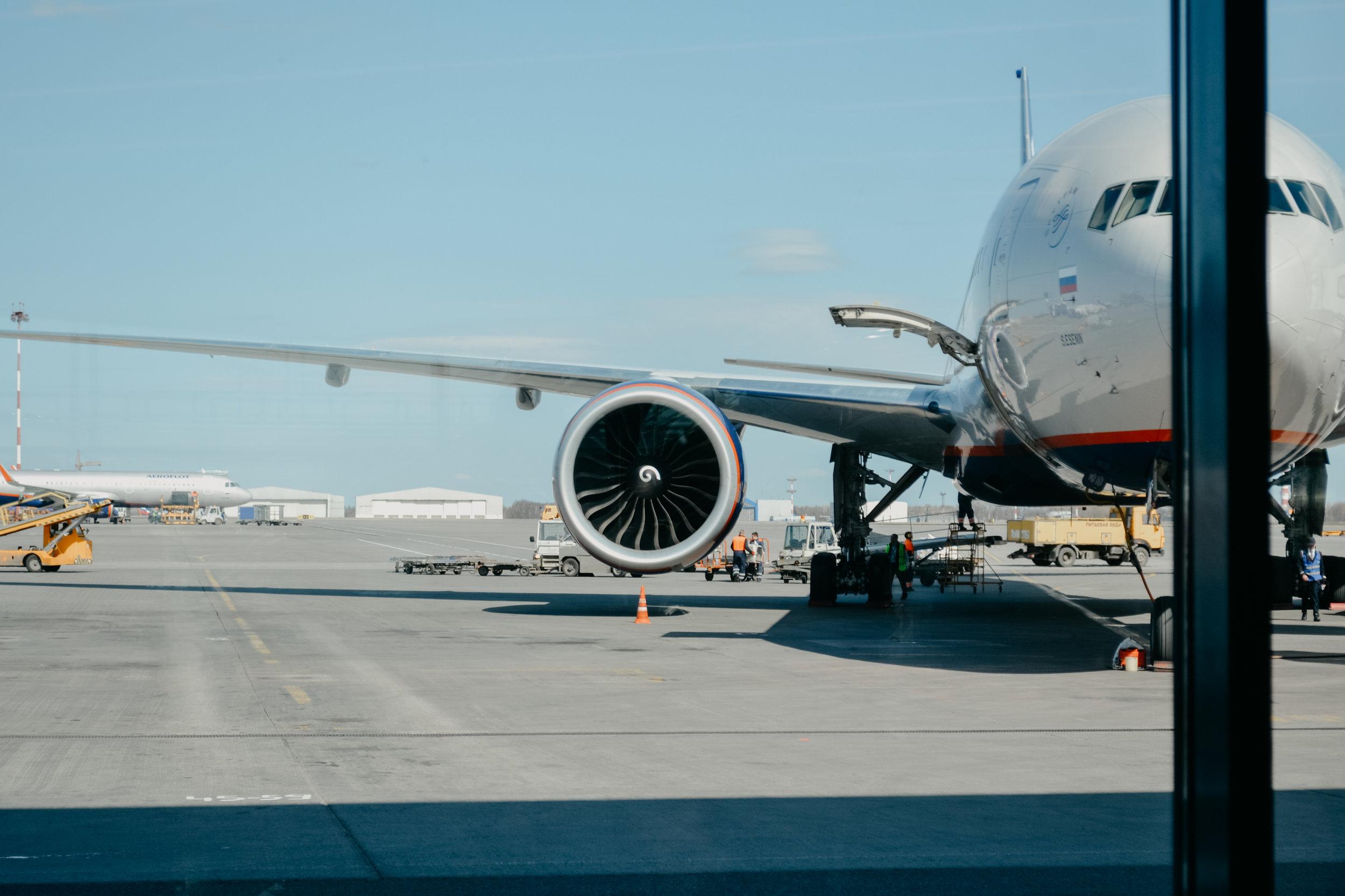 Vuelos - El viajero debe utilizar aplicaciones como Google Maps o Skyacanner que le permitirán identificar aerolíneas que normalmente no salen en todos los buscadores de vuelos. Muchas de estas aerolíneas son regionales y por excelentes precios cubren rutas muy frecuentadas.