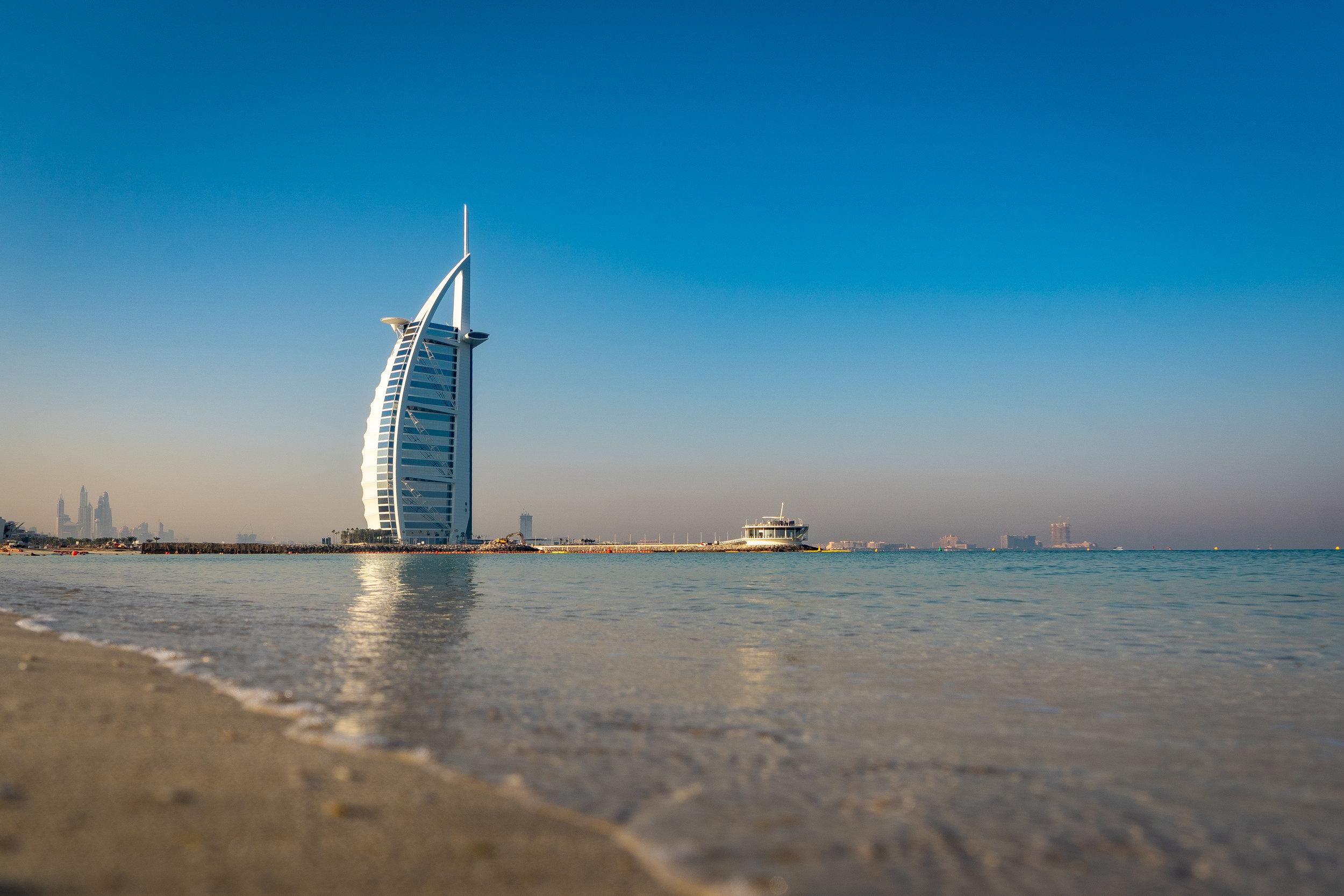 Un día de playa - Aunque la mayoría de los hoteles famosos, como el Burj Al Arab, son muy costosos, las playas cercanas a la mayoría de ellos son públicas. Irte un día de playa con las impresionantes vistas de los rascacielos de fondo no tiene precio. La más famosa es Kite Beach.