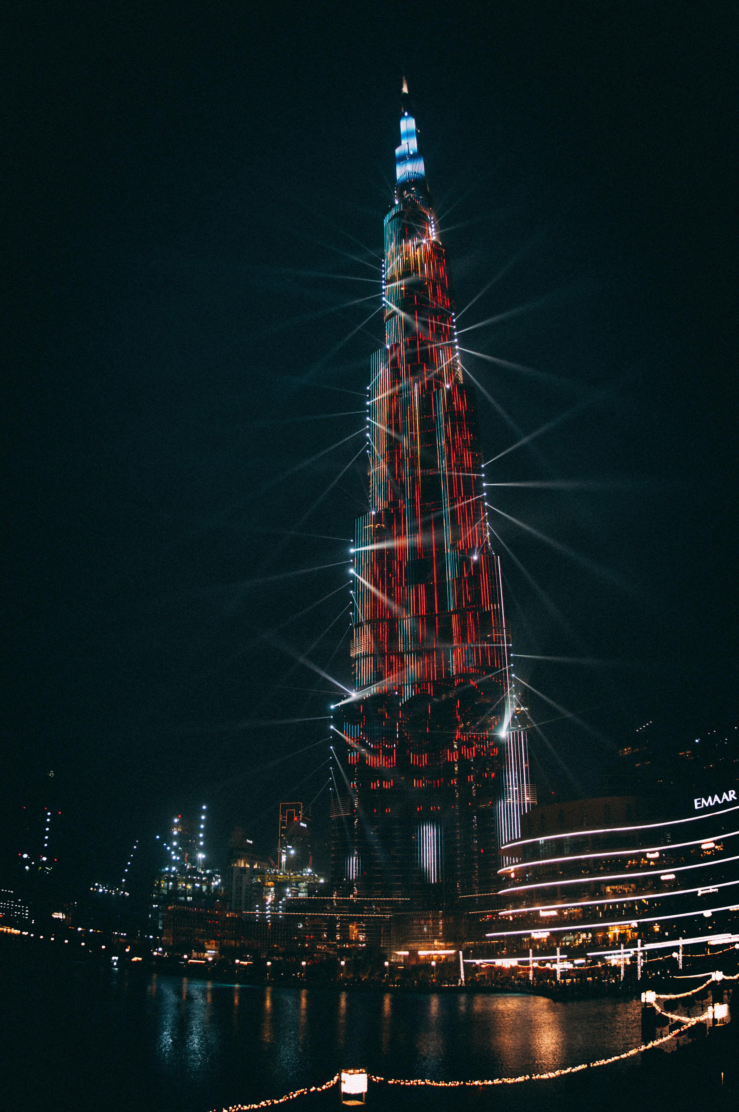 Fuentes Danzantes y Lasers - Aprecia el show de las aguas danzantes y lasers en el Dubai Mall. Un espectáculo de clase mundial. Solo es comparable con el espectáculo de las aguas danzantes del Hotel Bellagio en Las Vegas. Este se da diariamente en las tardes-noches de 6:00 p.m. a 11:00 p.m. con una frecuencia de cada media hora. Durante el día hay dos espectáculos a la 1:00 p.m. y 1:30 p.m.