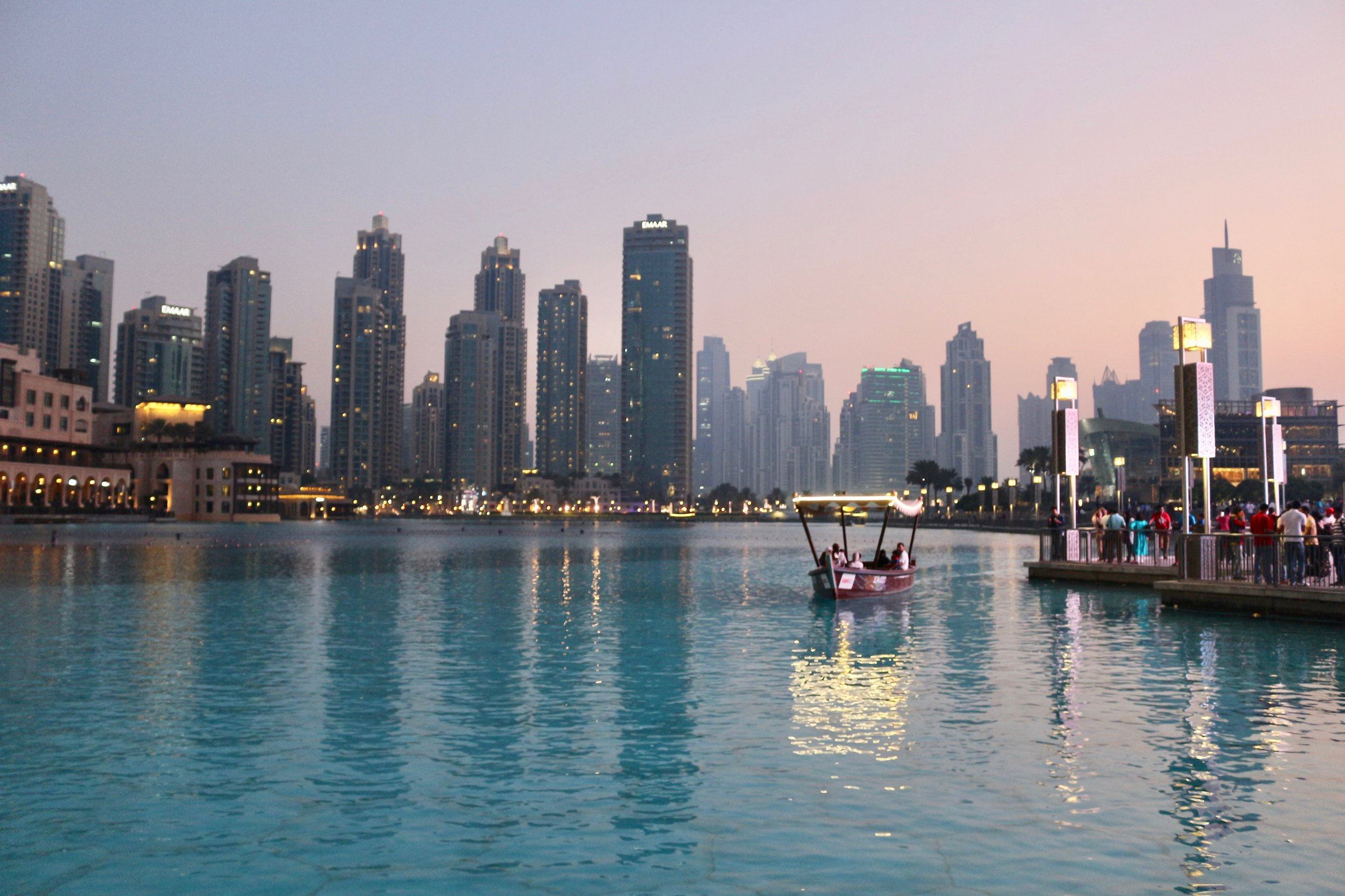 Toma un paseo en Abra en los canales - Un abra es un bote tradicional de madera. Para tomarlo, deberás ir al casco histórico de Dubai o el Viejo Dubai. La embarcación te paseará entre el Viejo Dubai y Deira. A un costo de solo 1 dirham es una de las cosas más divertidas y autóctonas para hacer, especialmente si tienes un presupuesto limitado. Si lo haces al aterdecer podrás ver el espectáculo de migración de aves mientras navegas. Aprovecha y recorre el Dubai Antiguo.