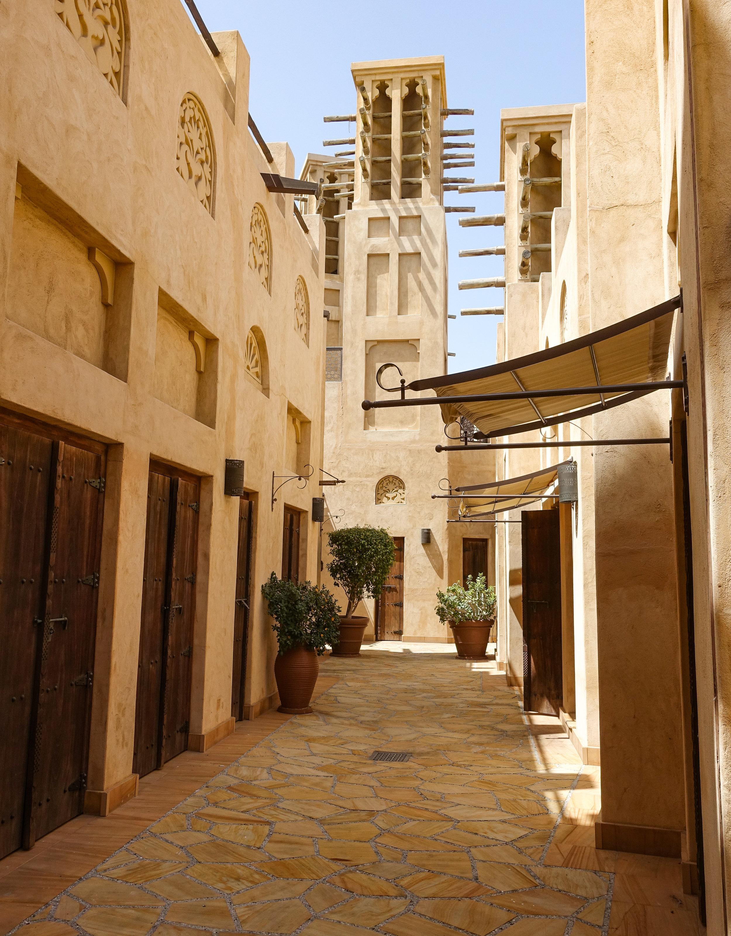 Dubai Museum - ¿Eres amante de la historia? Entonces tienes que visitar el Dubai Museum. Una colección de arte e historia que retrata la cultura de lo que empezó como un pequeño pueblo pesquero y sus alrededores. No olvides pasar por Al Fahidi Fort, el edificio más antiguo de Dubai, una antigua fortaleza y prisión convertida en patrimonio dubaití.