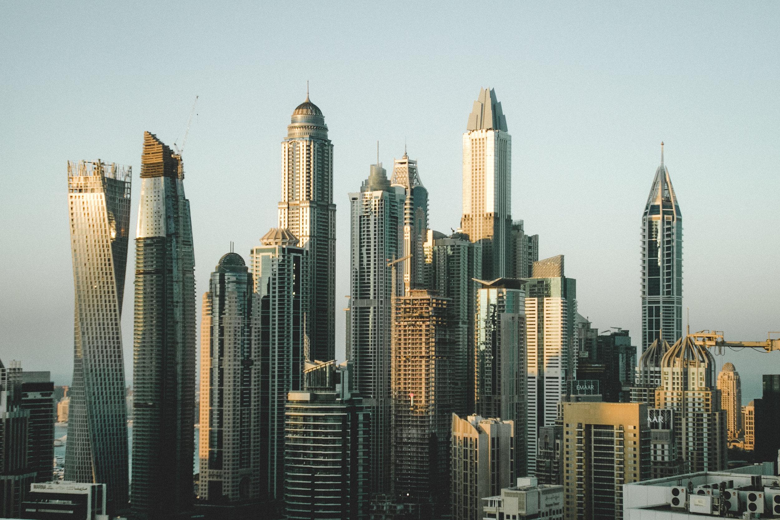 Free Walking Tour - Existen varias compañías que ofrecen tours gratuitos para recorrer Dubai. Conocer el desarrollo de esta gran ciudad puede ser una de las experiencias más sorprendentes en tu viaje. Aunque existen varias compañías, una de las más famosas es Airo Tour. Esta ofrece recorridos a pie gratuitos por la ciudad para entre 2 y 20 personas a la vez. No pagarás por el recorrido, pero AiroTour -o cualquier otra compañía- le pedirá que catalogue a su experiencia utilizando propinas si cree que se hizo un buen trabajo.