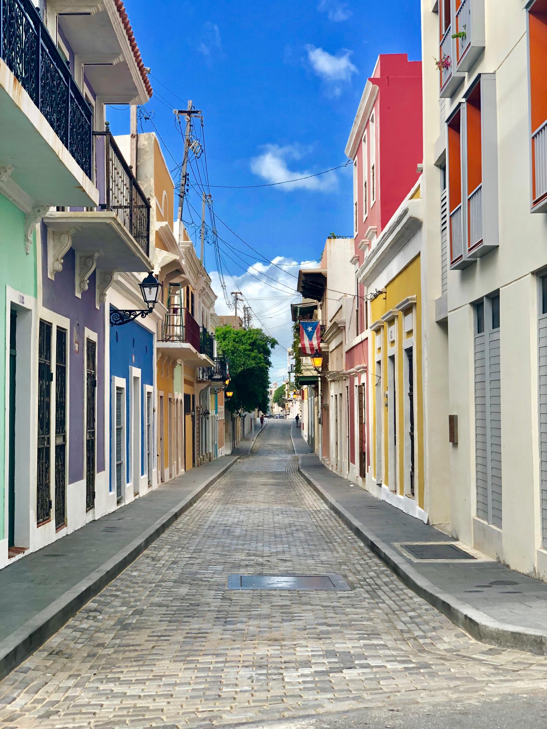 Camina el viejo san juan - 1. Caminar Viejo San Juan: La ciudad vieja de San Juan es probablemente una de las más hermosas de arquitectura colonial de todo el continente americano. Perderse en sus calles es una experiencia llena de historia y rastros europeos. Sus fuertes son los mejores conservados de todo América. Llena de edificios históricos de acceso completamente gratuito. Con espectaculares spots para tomar fotos. Puedes llegar en bicicleta, auto o caminando. No dejes de visitar la histórica zona de la Perla.