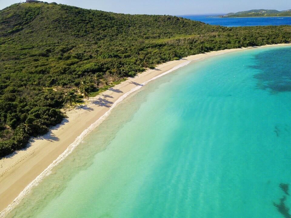 PLAYAS - 3. Haz un recorrido de nuestras playas. Muchas de las mejores playas del Mundo no son económicas para llegar. Por ejemplo, paraísos como Maldivas y Bora Bora son solo accesibles a turistas con presupuestos no limitados. Sin embargo, en Puerto Rico, donde tenemos playas entre las mejores del Mundo, es sumamente económico visitarlas. el secreto mejor guardado: Culebrita, una playa como pocas otras en el Mundo por su belleza y virginidad. No dejes de ir a Flamenco y Zoni Beach en Culebra, Playa Caracas, Media Luna y Chiva en Vieques, Seven Seas en Fajardo, El Balneario de Luquillo, Isla Verde, Vacia Talega en Loíza, Ocean Park y Condado, Cerro Gordo, Puerto Nuevo en Vega Baja, Los Tubos, Mar Chiquita y la Poza de las Mujeres en Manatí, Islote y la Poza del Obispo en Arecibo, Sardineras en Hatillo, Guajataca en Quebradillas, Jobos en Isabela, Survival y Crash Boat en Aguadilla, Córcega en Rincón, el Balneario de Añasco en Añasco, Boquerón, Playa Sucia y Combate en Cabo Rojo, los Cayos en la Parguera, Playa Santa en Guánica, entre otras.