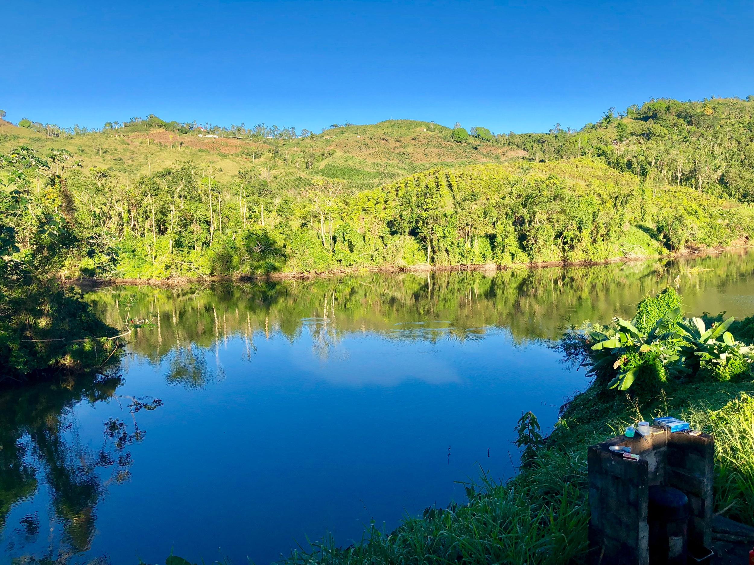 Ruta panorámica - 2. Recorre la Ruta Panorámica. Esta es una de las rutas más hermosas de todas las islas del Caribe. Aunque muchas otras cuentan con encantos en sus áreas montañosas, muy pocas cuentan con carreteras que te permitan recorrer semejantes paisajes y vistas de una manera cómoda. La ruta no solo está llena de vistas espectaculares y naturaleza, sino que también encontrarás decenas de negocios y restaurantes locales a precios sumamente económicos y con gastronomía exquisita.