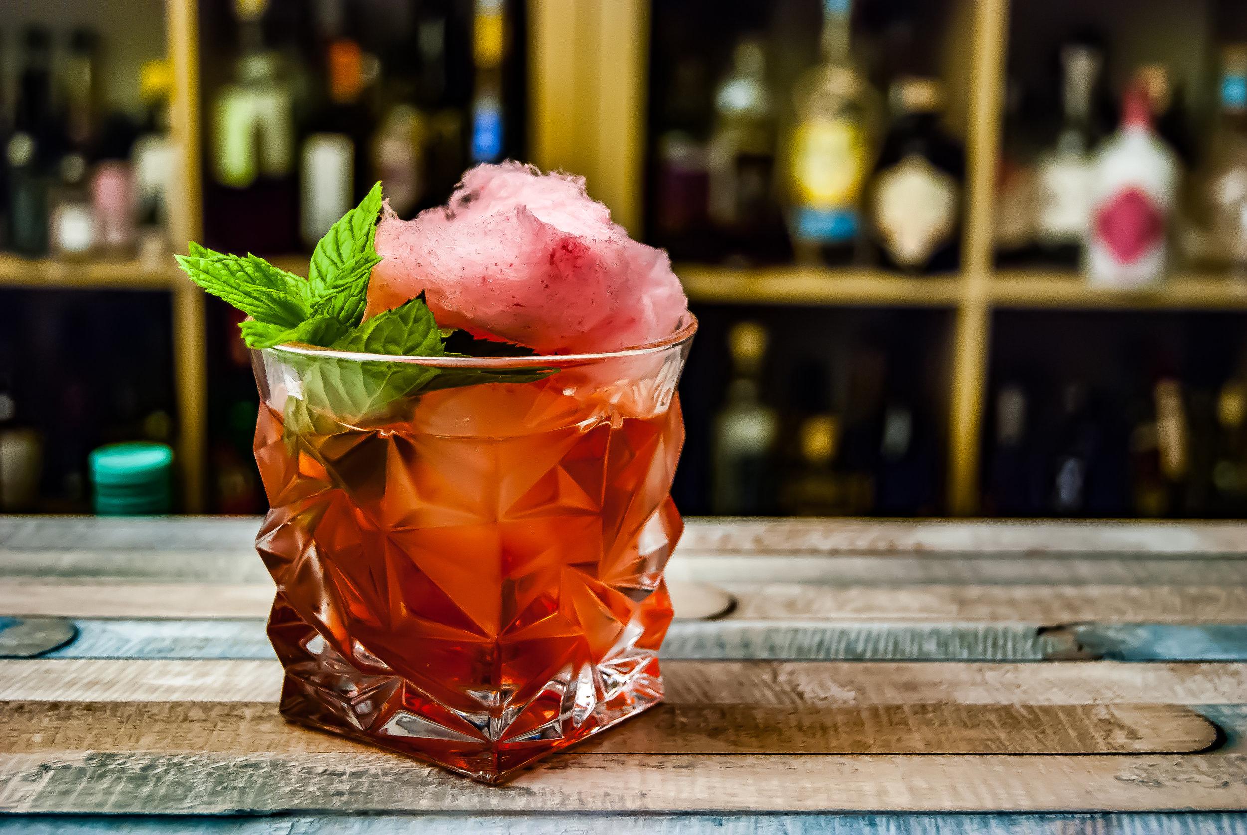 Happy Hours - Una de las cosas más costosas de NYC suele ser la bebelata. Darse dos cervezas o cócteles puede costar hasta $30 en un lugar común de Manhattan. Sin embargo, existen excelentes opciones de lugares para comer durante los Happy Hours que te permitirán pasarla súper sin gastar una fortuna.
