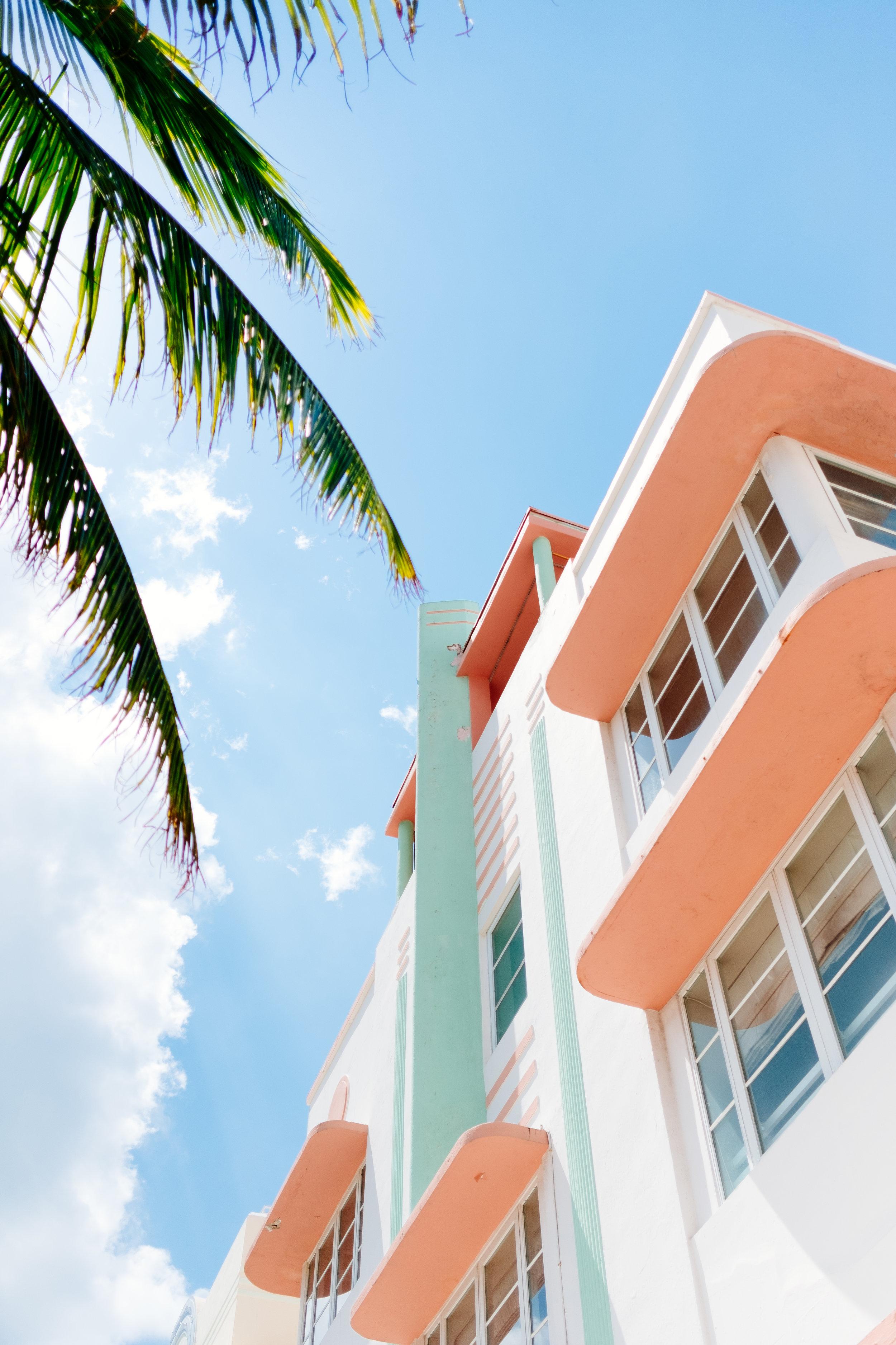 Distrito Art Deco - Explora el famoso distrito Art Deco. Este es famoso por su distintiva arquitectura que dio a conocer a Miami internacionalmente. Sus edificios históricos nos cuentan un poco del desarrollo de la ciudad. Puedes hacer este recorrido por tu cuenta al descargar el mapa que la ciudad ha creado para que conozcas su historia