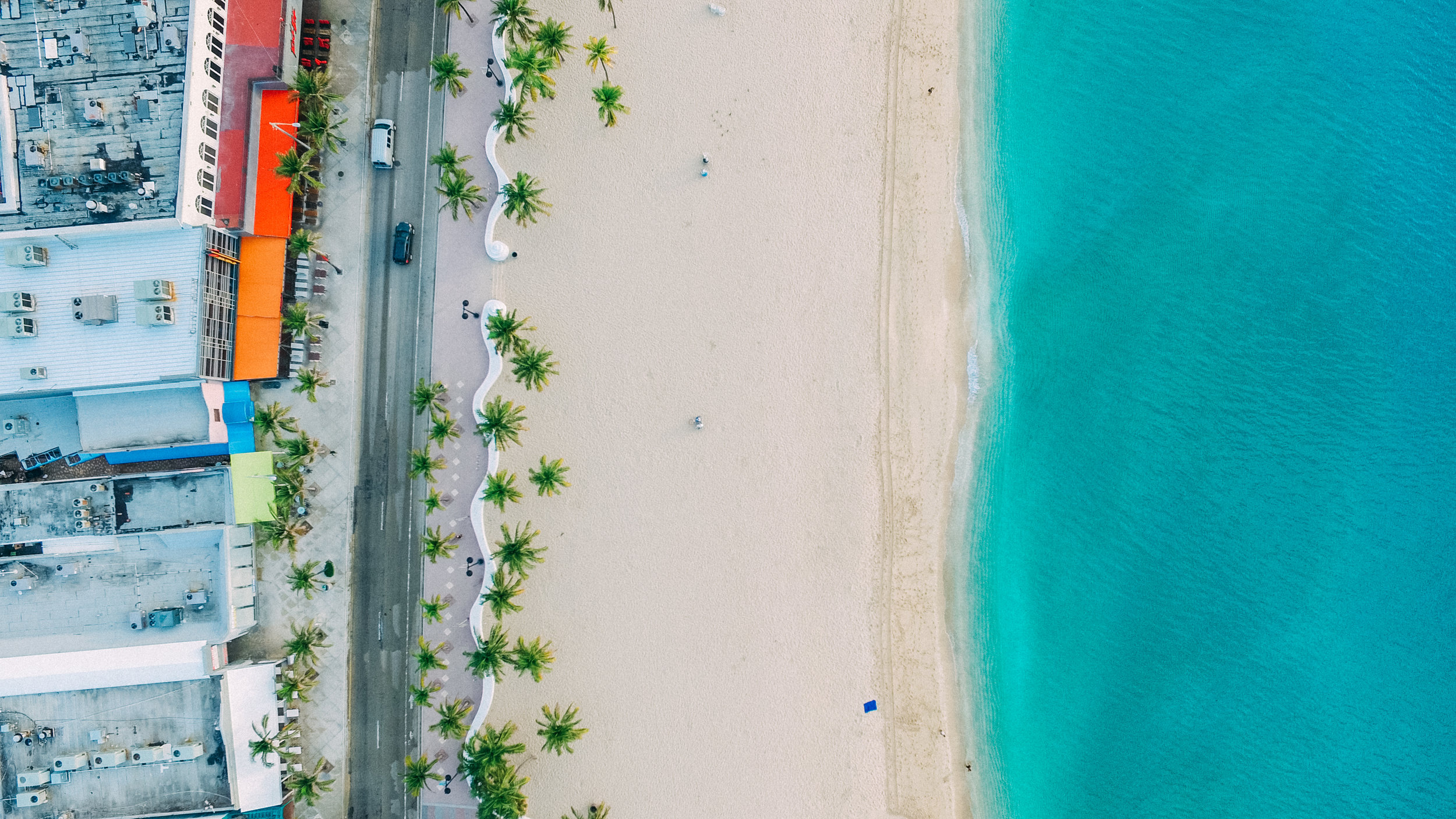 South Beach - Aunque la Florida es famosa por sus cientos de playas, muy pocas son tan reconocidas como South Beach. Disfrutar y darte un chapuzón en esta playa no tiene costo. A solo pasos, podrás recorrer las calles de Mami Beach y disfrutar de su emblemática arquitectura.