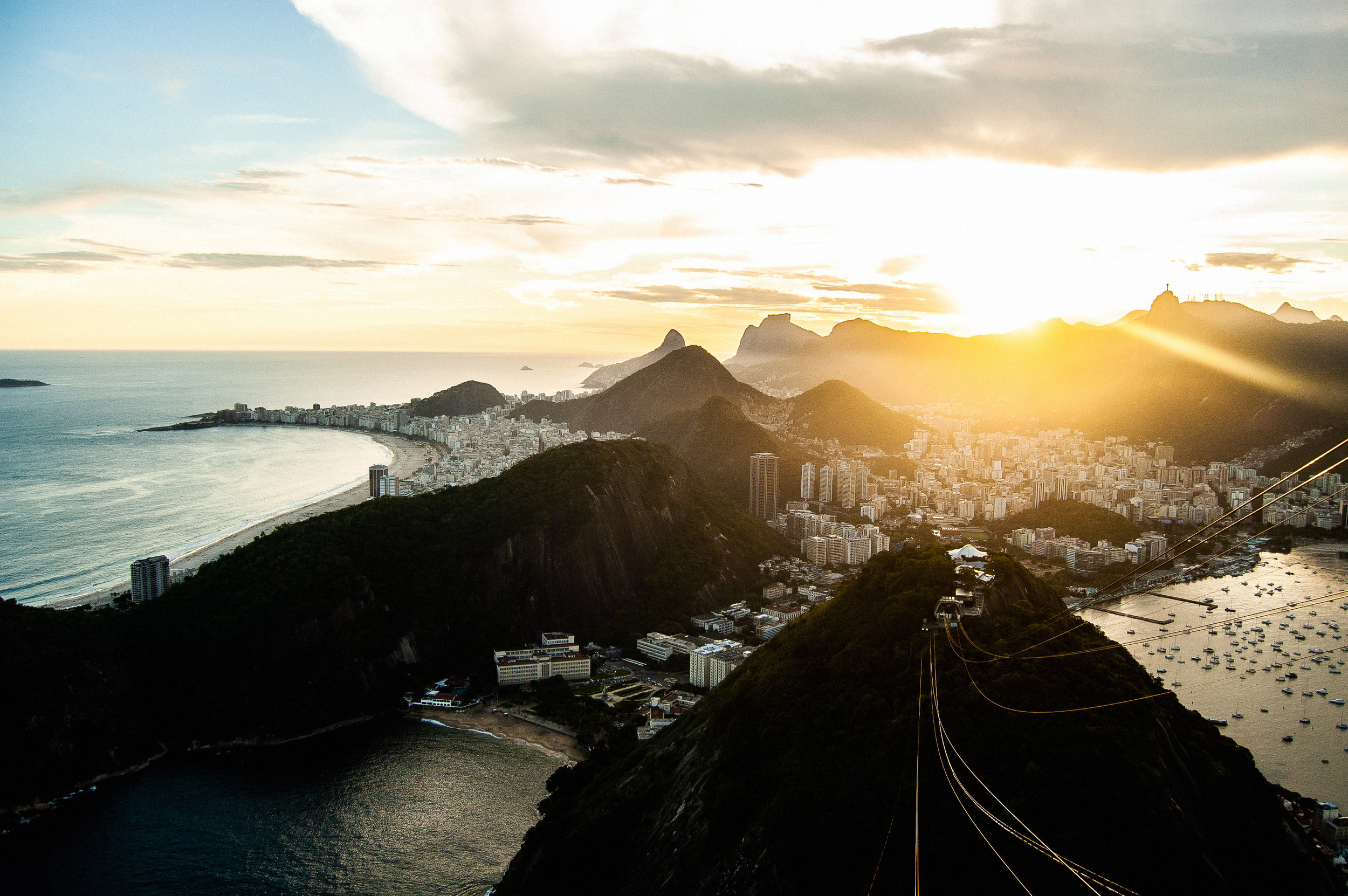 Rio de Janeiro - ¿Celebrar las navidades en la playa? Sí, esto es posible en Rio de Janerio, la ciudad más famosa de Brasil celebra las navidades durante su temporada de verano. Esto significa que podrás disfrutas de las luces, arbolitos y comidas típicas de la época mientras te das un chapuzón en las famosas playas de Copacabana e Ipanema.