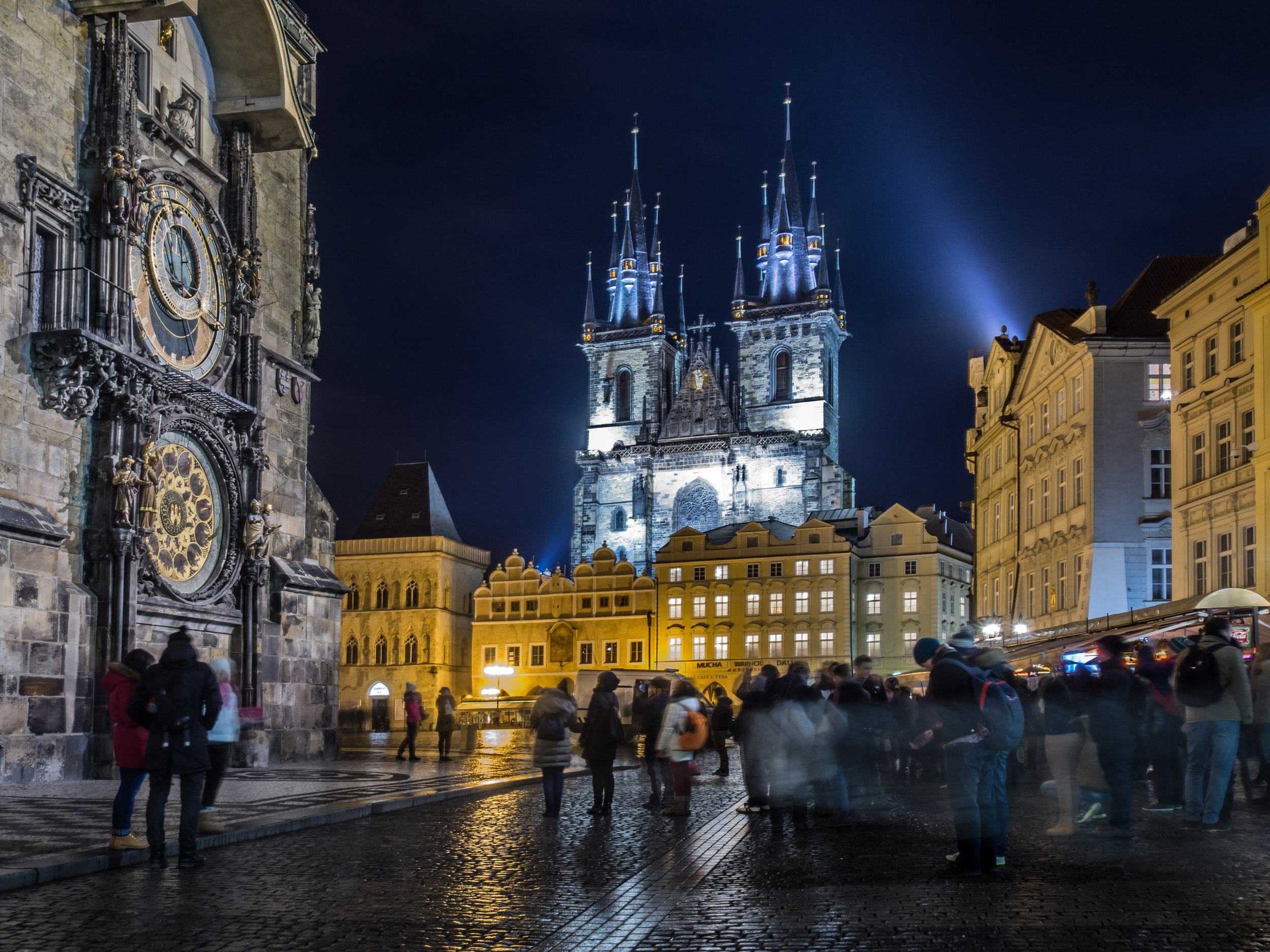 Praga, Chechia - Conocida como una de las ciudades mágicas de Europa, durante las Navidades la capital de la República Checa se inunda de luces. Sus calles que parecen sacadas de un cuento de hadas se llenan de los colores y olores de la Navidad. Su mercado navideño, reconocido como uno de los más grandes y mejores de todo Europa añaden a la ya de por si encantadora ciudad, una razón más para visitarla. No olvides probar sus deliciosos postres típicos para esta época.