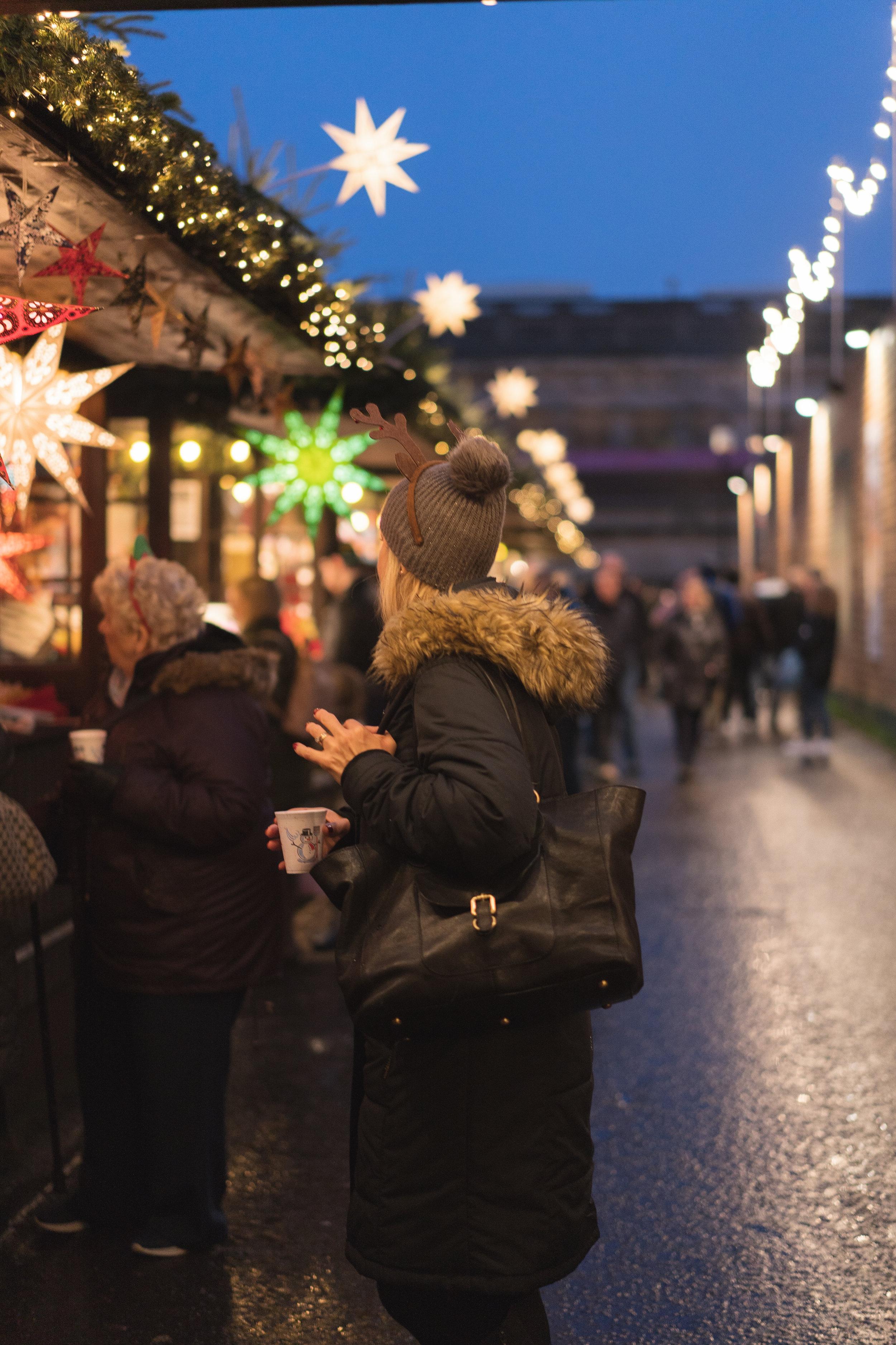 Nuremberg, Alemania - a. Pocos países del Mundo celebran las Navidades con la intensidad que lo hace Alemania, pero pocas ciudades en Alemania las celebran con la intensidad que los hace Nuremberg. Su famoso Christkindlesmarkt o mercado navideño ha sido reconocido como el más hermoso de todo Europa. El mismo cuenta con 180 puestos que venden juguetes, accesorios, velas, comida, vinos y dulces. Salir de noche y recorrer el mercado te permitirán observar las luces de colores las cuales crean un espectáculo de cuento de hadas.