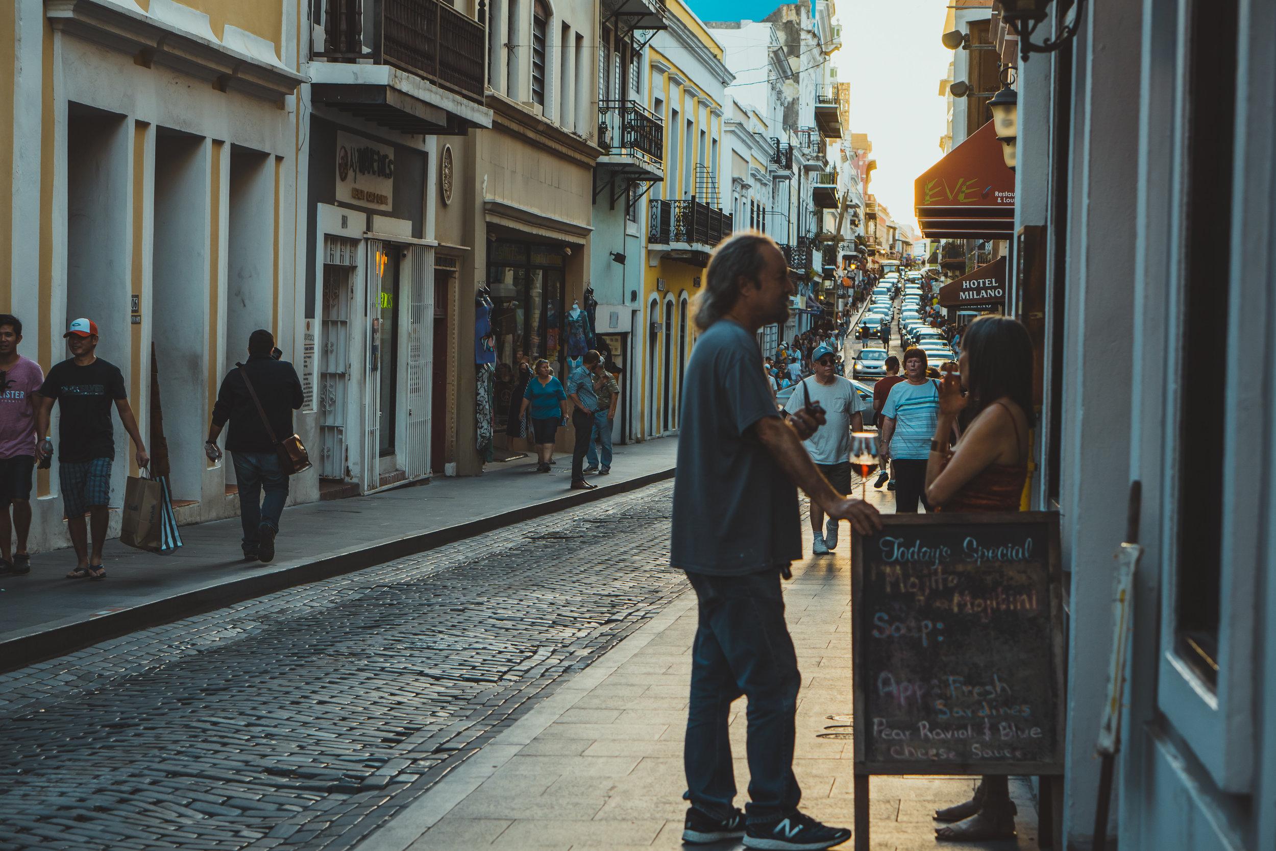 Puerto Rico - Las navidades en Puerto Rico tienen lo mejor de dos mundos: Celebraciones y comida espectacular mientras puedes disfrutar del Sol en varias de las mejores playas del litoral caribeño. Puerto Rico se distingue por celebrar las navidades con música y comida folclórica reconocidas a nivel internacional como una de las mejores durante esta época. Los boricuas viven casi un mes de celebraciones continuas durante la época navideña. Visitar un restauran puede ser una experiencia única durante esta época, pero disfrutar de una celebración familiar será sin duda alguna una experiencia inolvidable.