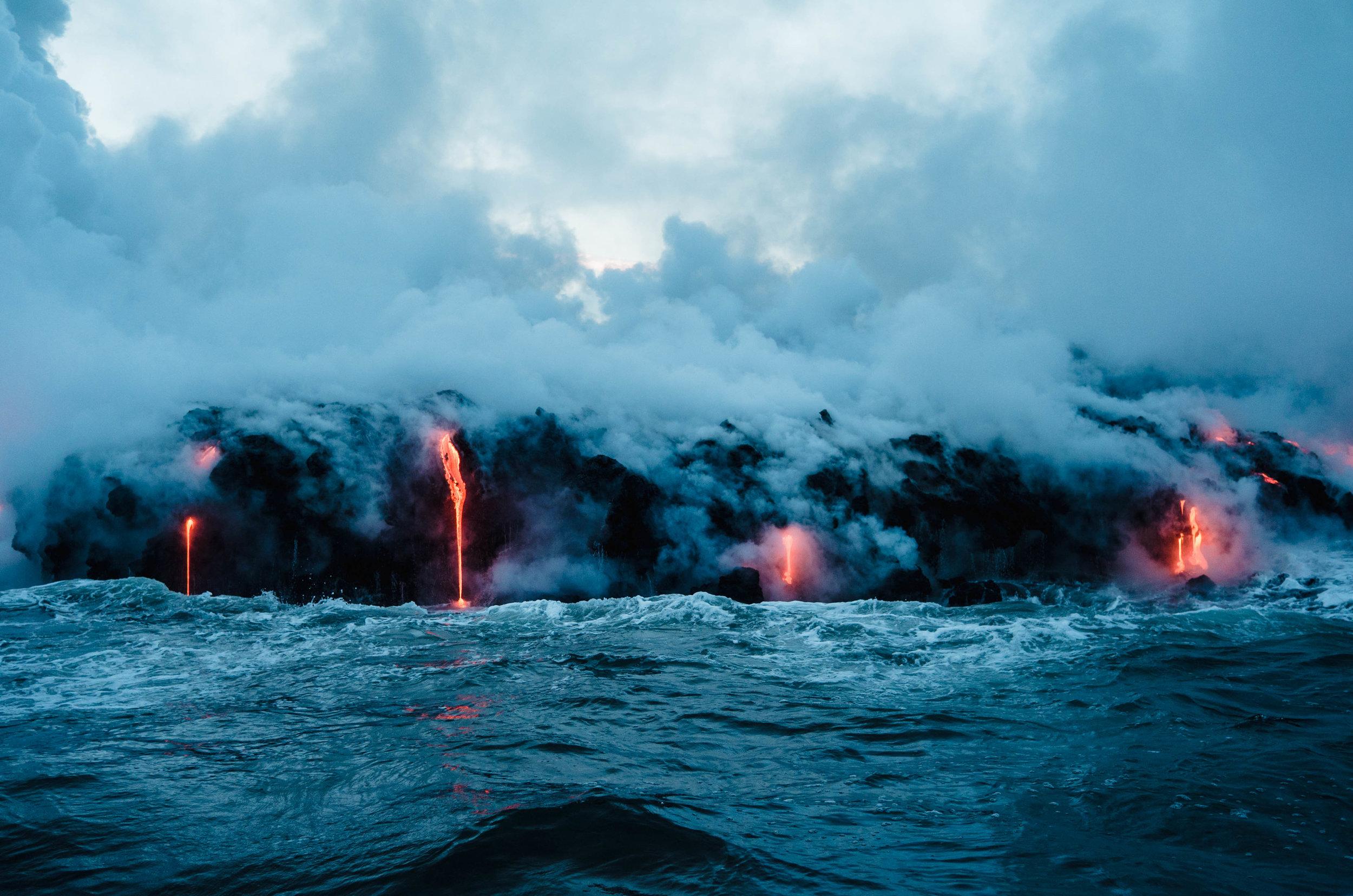 Volcanes y lava - Esta es una parada obligada en Hawaii. Ubicado en la Isla Grande (Big Island) el Parque Nacional de los Volcanes (Hawaiʻi Volcanoes National Park) será una de las experiencias más impresionantes que vas a vivir. Aquí podrás ver los volcanes activos Kīlauea y Mauna Loa, pasar por los conductos de vapor, visitar el Museo Jaggar, que cuenta con exhibiciones de vulcanología y un mirador con vistas al cráter Halema'uma'u. No olvides ver los impresionantes ríos de lava.