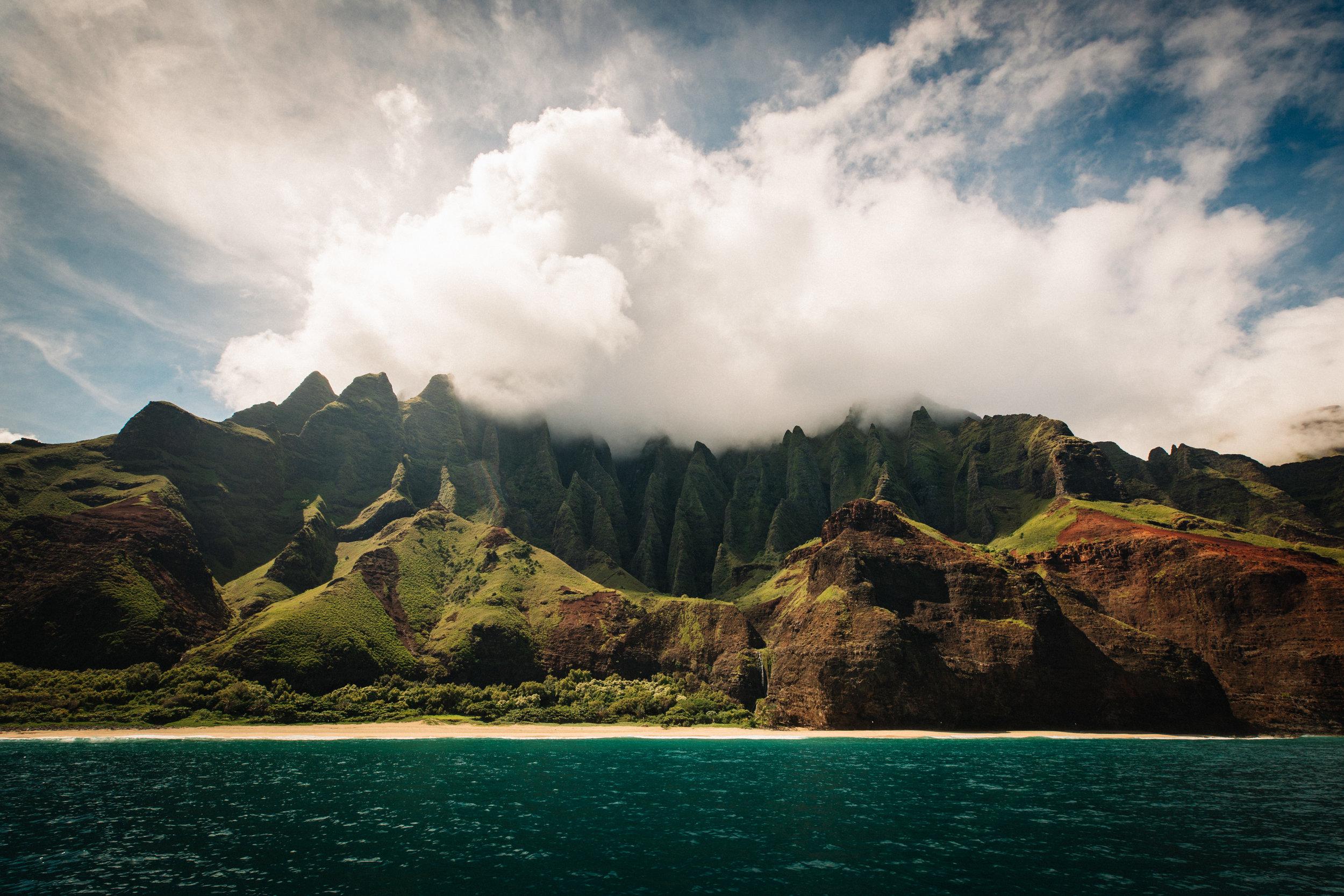 Kauai - Si eres amante del trekking el más espectacular que podrás hacer en Hawaii es el sendero Kalalau. Una ruta de 11 millas que va desde la playa Ke'e a la playa Kalalau a lo largo de la costa de Nepal en la isla de Kauai. El recorrido te dejará sin aliento ante tanta belleza. No olvides la famosa Napali Coast. Puedes ver estos impresionantes acantilados en el lado noroeste de la isla en barco, en helicóptero o haciendo senderismo por Kalalau. Las vistas del Waimea Canyon son otra parada que debe estar programada en tu visita.