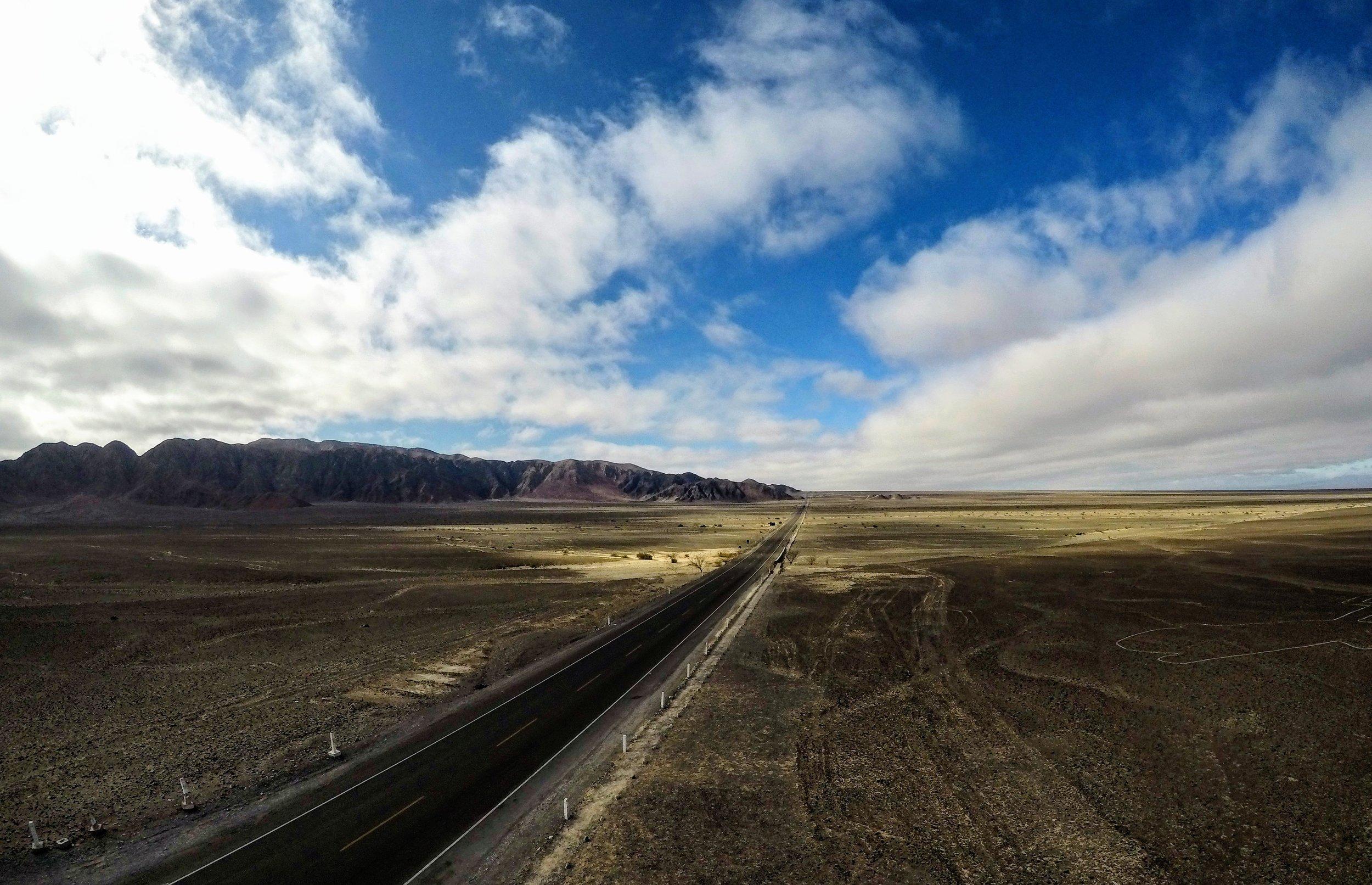 Líneas de Nazca - Uno de los lugares más enigmáticos del Planeta. Es un tour que no debes dejar fuera de tu agenda. Puedes pagar un pequeño vuelo para ver las líneas desde el aire o puedes subir a uno de los miradores desde las montañas.