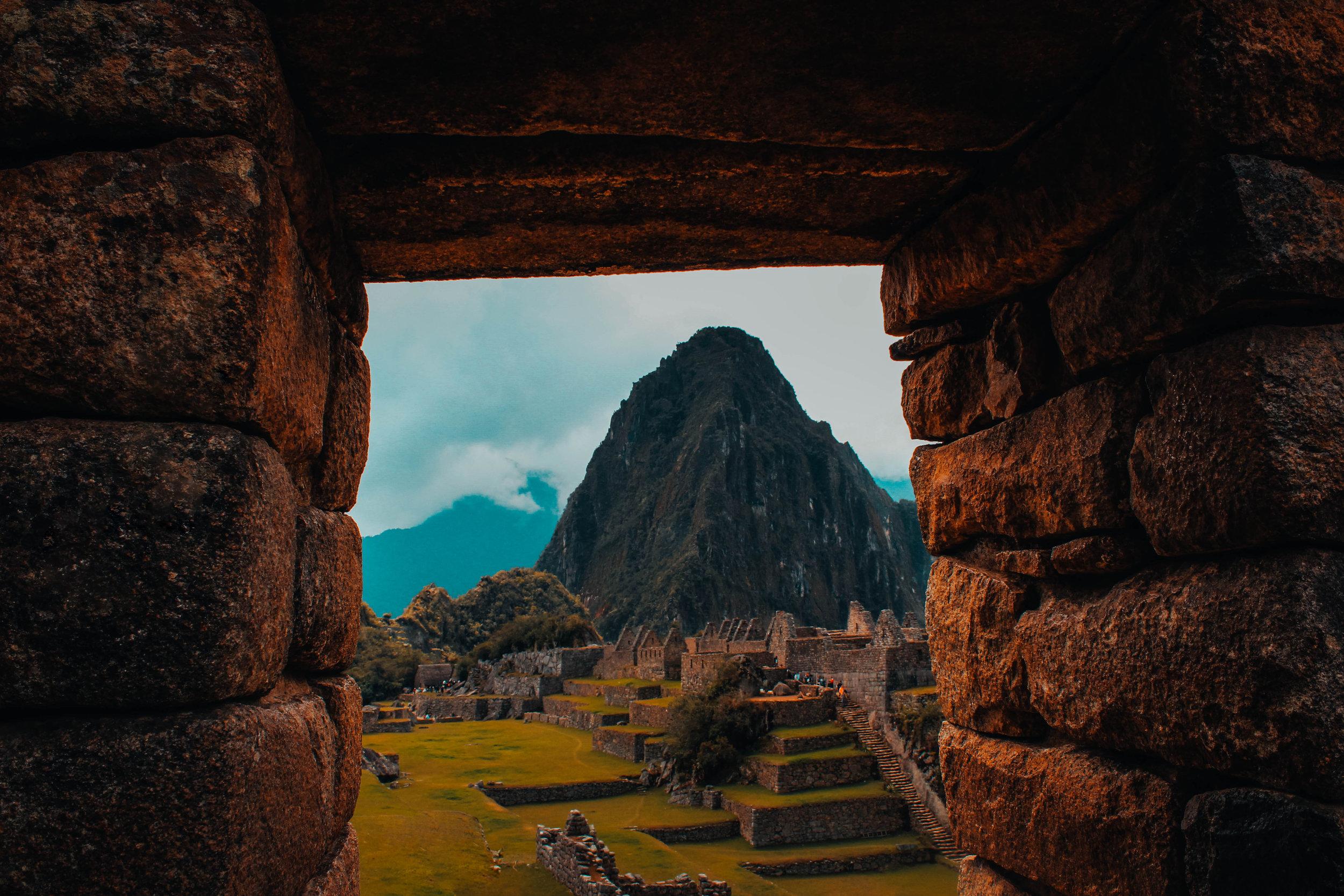 Cusco y Machu Picchu - Una de las mayores atracciones de Perú es Cusco y sus alrededores. En esta región puedes visitar la Montaña de los 7 Colores, tomar el tren o tours a Machu Picchu, recorrer el camino Inca, perderte en las calles del histórico y mágico Cusco. Visita el famoso Valle Sagrado y disfruta de sus vibras. No olvides visitar Mama Áfrika cuando estés de fiesta en Cusco. Los mercados de los domingos en Cusco son una experiencia única. Aguascalientes es el pueblo base para subir a Machu Picchu y merece al menos una noche para disfrutar de su encanto.