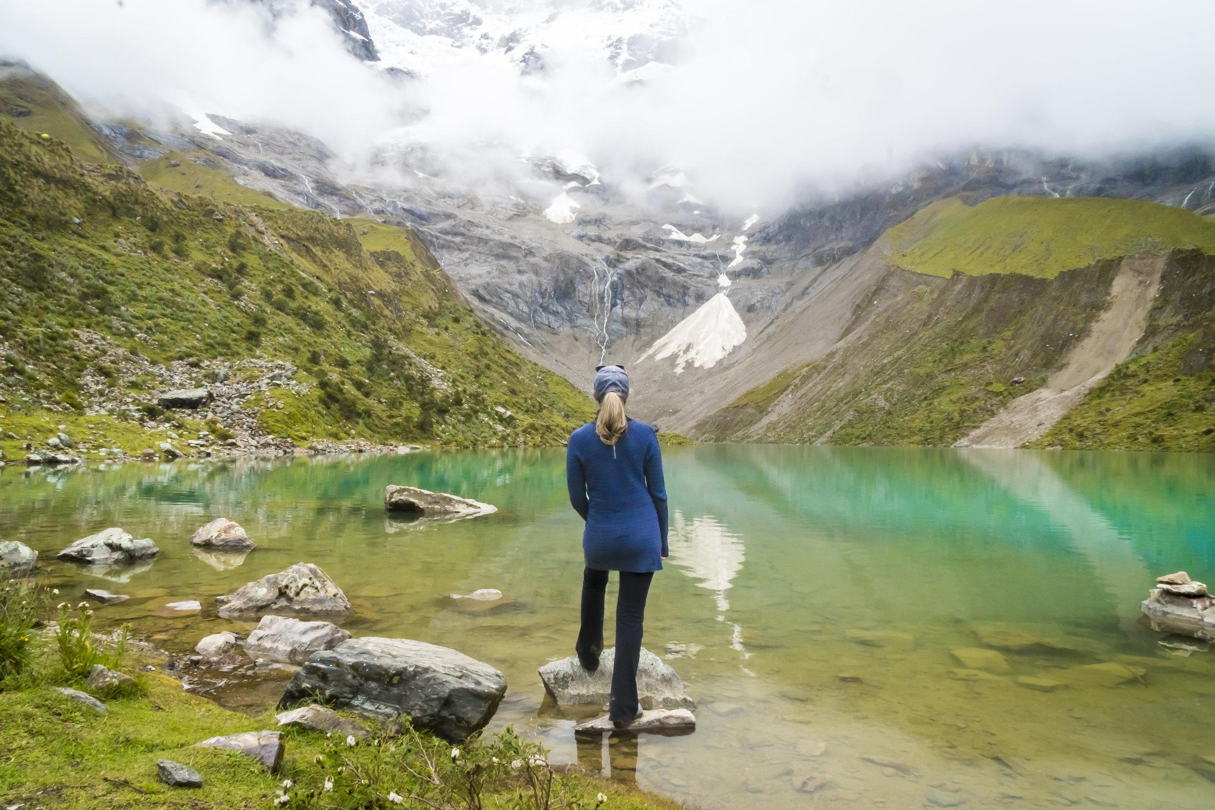 Laguna de Humantay - Uno de los paisajes más prístinos y hermosos que puedas apreciar en Perú. Esta laguna con colores surreales a los pies de los Andes peruanos te regalará uno de los mejores recorridos naturales de todo Perú.