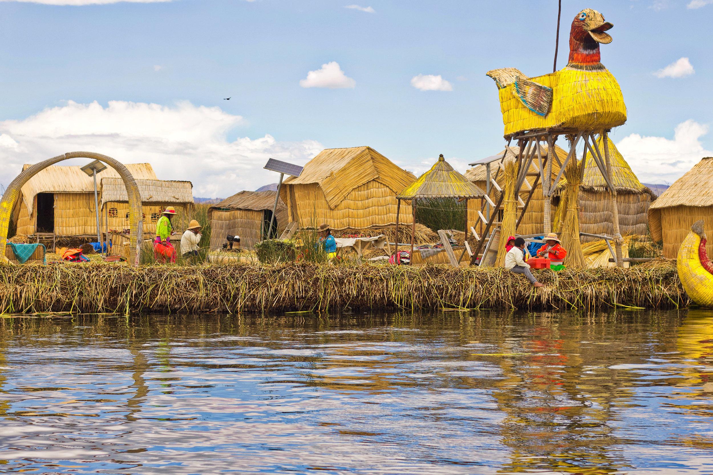 Puno y Lago Titicaca - Al sureste de Perú encontrarás el maravilloso y único lago Titicaca en la frontera con Bolivia. Sus Islas Flotantes que invitan a quedarte algunas noches. Puno, a orillas del lago, es la ciudad principal de esta zona.