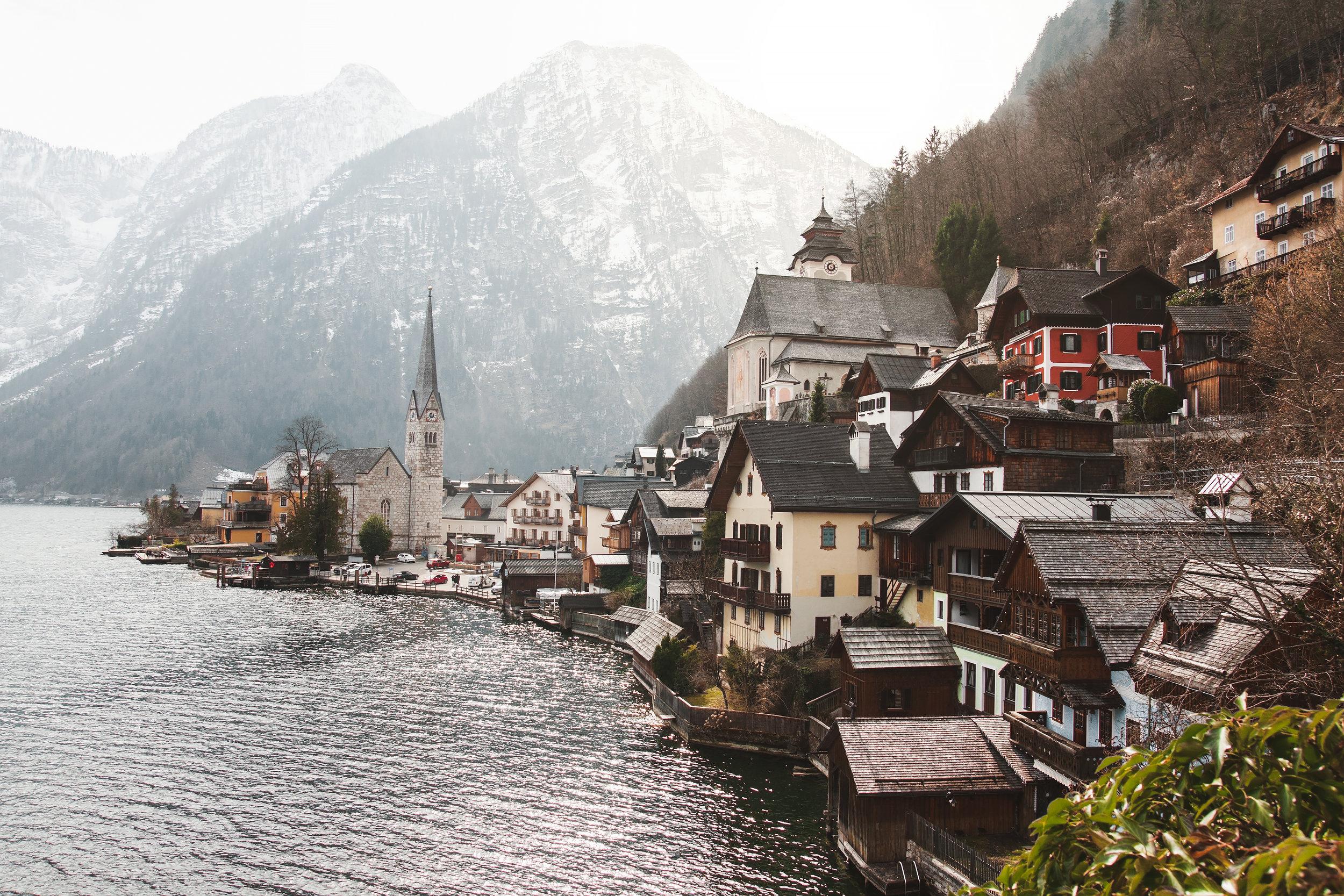 Bavaria, Suiza y Austria - El sur de Alemania, junto con la región del Tirol en el centro de Europa, será un viaje que te dejará sin aliento. Esa mezcla casi perfecta de la naturaleza y siglos de historia te hará tener uno de los mejores viajes de tu vida. Paisajes surreales, cervezas de clase mundial, pueblos que parecen sacados de cuentos de hadas, transportación pública de excelencia y un ambiente relajado, son varias de las cosas que encontrarás en esta región que muestra la majestuosidad de los Alpes europeos. Los pueblos a las faldas de los Alpes que dejarán en tu mente paisajes grabados, como si fuera una postal.