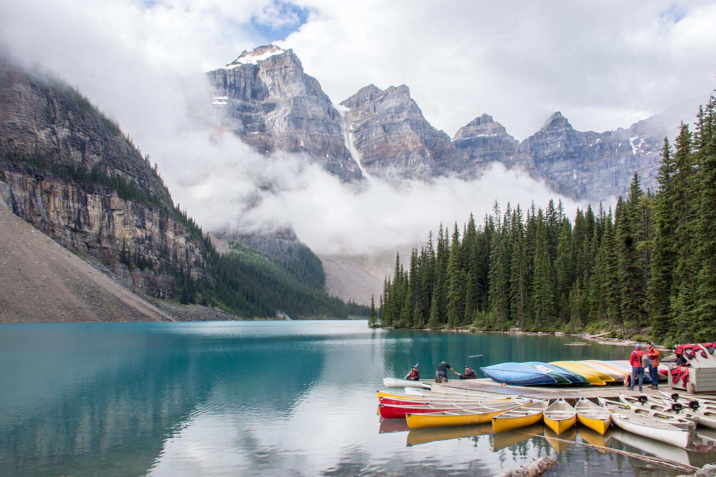 Calgary-Canmore-Banff - Todo depende cuál sea tu punto de llegada y salida o si deseas hacer una ruta redonda, aunque recomendamos que sea Calgary o Vancouver. Si llegas a Calgary te recomendamos pasar 1 a 2 días en la ciudad y explorarla. Aquí puedes rentar un auto y dirigirte a Banff. Allí no puedes dejar de visitar los famosos Lake Moraine, Lake Louise, Johnston Canyon y subir al teleférico con vista a las montañas y a la ciudad. Si quieres ahorrar en hospedaje puedes considerar quedarte en Canmore, a uno pocos minutos de Banff y con precios más accesibles. No olvides tomar la ruta de Minnewanka Loop y si eres aventurero y quieres ver una de las vistas más impresionantes que verás en tu vida haz una excursión hacia el Mount Assiniboine, quedarás sin aliento.