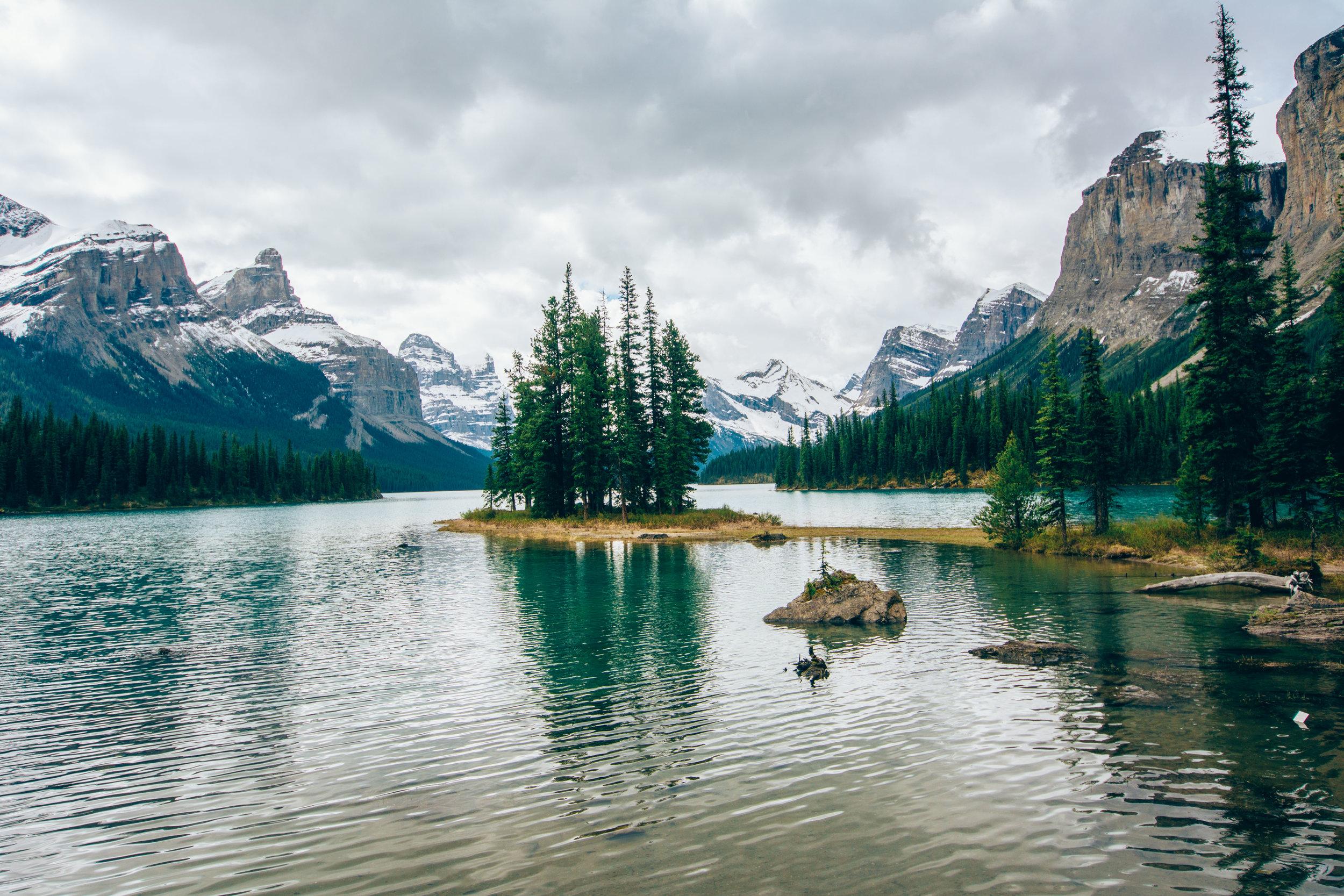 Jasper National Park y Icefields Parkway - La ruta escénica que conecta a los parques nacionales de Banff y Jasper es una atracción en sí misma. Conocida como Icefields Parkway este camino está lleno de maravillas naturales que podrás ir explorando mientras conduzcas en dirección a Jasper. Te recomendamos estas paradas: Peyto Lake, Glaciar Crowfoot, el Hector Lake, el Herbert Lake, Mistaya Canyon, Wheeping Wall Viewpoint, el Wilcox Pass Trail, el Parker Ridge Trail y las famosas cascadas de Athabasca y Sunwapta. Ya una vez en Jasper hay mucho más por ver. Jasper es un parque nacional que merece días para ser explorado. Si vas a gastar varios días aquí te recomendamos comprar el pase anual en vez del pase diario, así ahorrarás dinero. Si quieres ver osos, te recomendamos visitar el Medicine Lake y el Maligne Lake, sus dos lagos más famosos y fotografiados. Sin embargo, paradas que no puedes pasar por alto: Maligne Canyon y el Pyramid Lake.