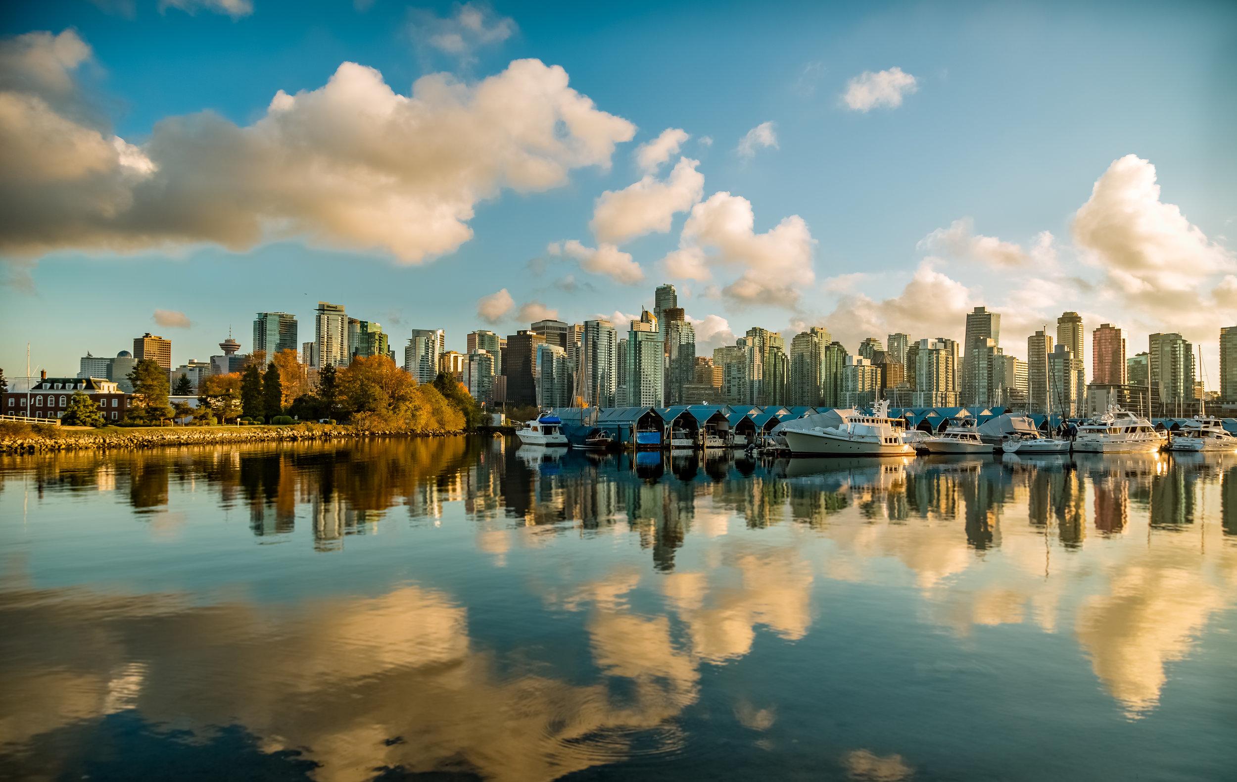 Vancouver - A nuestro juicio es la ciudad más hermosa de Canadá junto a Victoria si tomamos en cuenta la integración de la naturaleza con lo urbano. Vancouver ha estado catalogada en los últimos años como una de las mejores ciudades del mundo para vivir. Un dato interesante es que la influencia asiática en la ciudad es tanta que su gastronomía oriental es una de las mejores en el continente americano. Sede de los Juegos Olímpicos de invierno en 2010, la ciudad conserva importantes museos y una gran variedad de ofrecimiento de actividades como muy pocas otras ciudades en Canadá. Aquí te recomendamos utilizar el transporte colectivo que rentar un auto. Es muy fácil moverte de un punto a otro y ahorrarás dinero en estacionamientos. Luegares que debes visitar: Capilano Suspension Bridge Park, alquila una bicicleta y recorrel el Stanley Park, Gastown, Museo de Antropología, escala el famoso Grouse Grind, visita su famoso Chinatown y sal a ver ballenas.