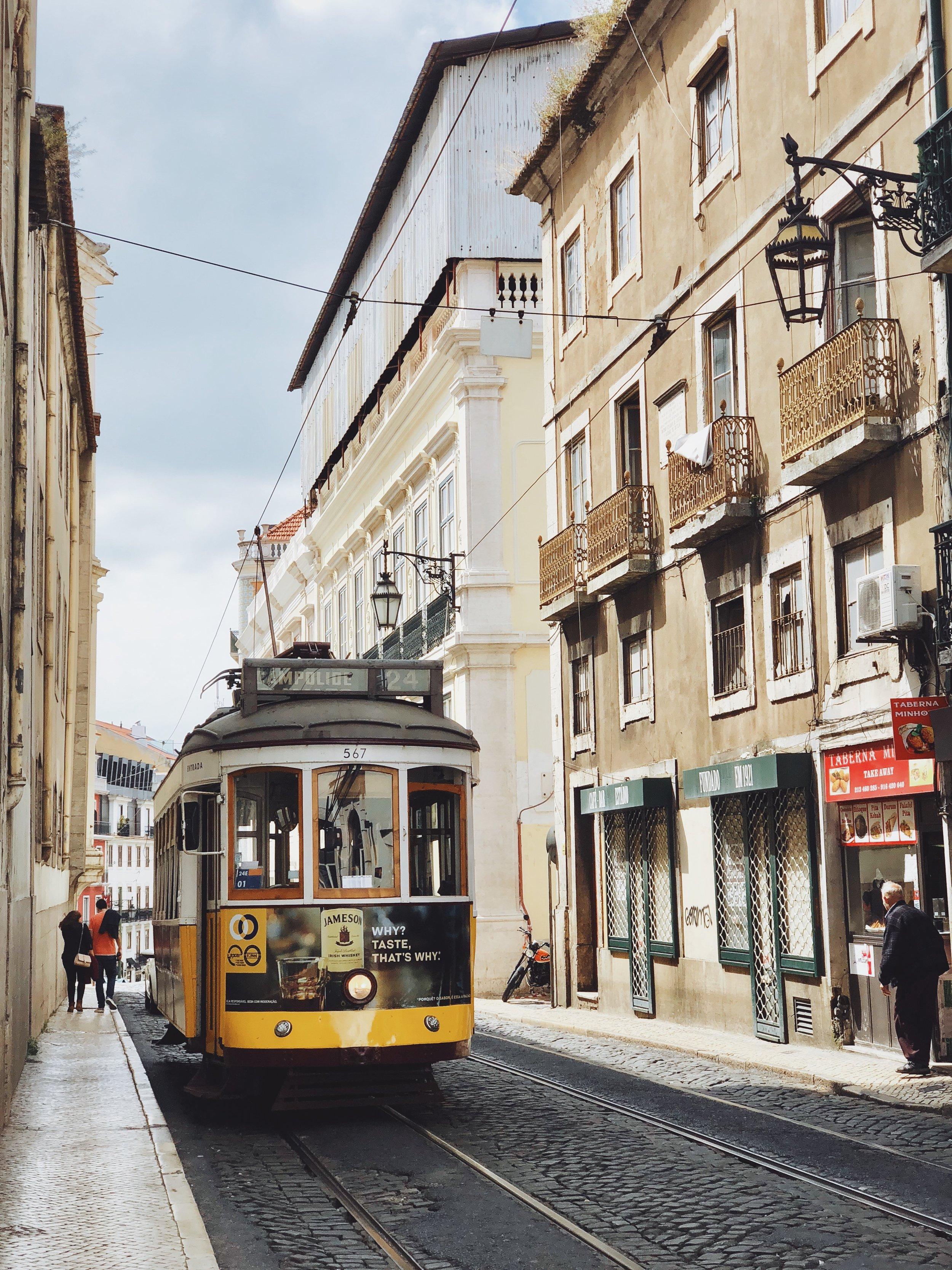 Lisboa, Portugal - La capital lusa no solo es una de las ciudades más espectaculares y hermosas de Europa, también es una de las más económicas. Aquí podrás conseguir apartamentos o cuartos de hotel por menos de $150 la noche aptos para hospedar a varias personas. En Lisboa podrás conocer en restaurantes de renombre mundial por mucho menos de lo que pagarías en ciudades como Nueva York o Londres. Es muy fácil moverse a ciudades cercanas como Sintra y Cascais.