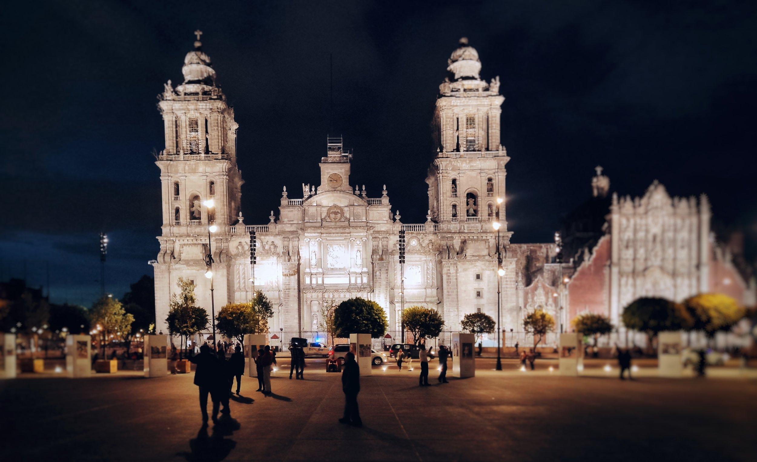 Ciudad de México - La capital mexicana es un baluarte de valor incalculable. Una ciudad rica en historia, desde sus museos pasando por su Palacio de Bellas Artes, el Zócalo y la casa de Frida Kahlo, esta ciudad es una joya de la cultura latinoamericana. Desde aquí podrás visitar las pirámides de Teotihuacán o las hermosas ciudades de Puebla o Taxco. Sus Barrios de la Condesa o Polanco son lugares que te mostrarán el alma viva de una ciudad que nunca duerme. Aquí puedes conseguir hospedajes desde $55 a$95 por noche en áreas tan céntricas como la zona rosa.