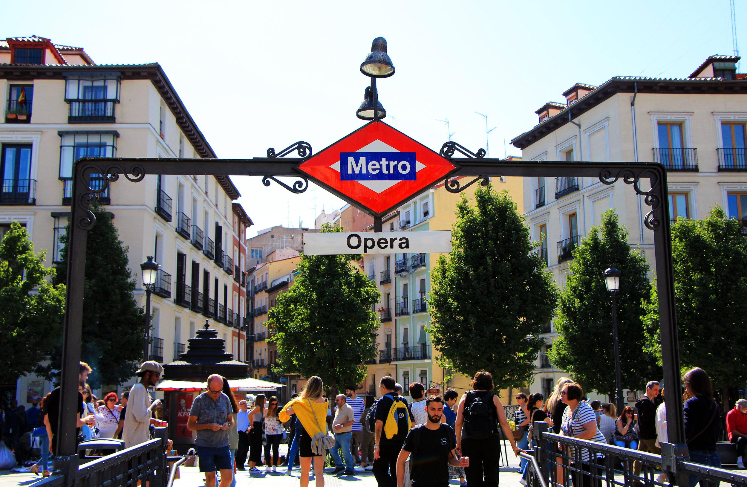 Transporte - Si te hospedas en el centro, podrás caminar hacia muchos de los lugares turísticos. Sin embargo, la mejor manera de explorar Madrid es utilizando su metro. El mismo es uno de los mejores sistemas de metros del Mundo. Básicamente desde él puedes llegar a casi cualquier punto de la ciudad. Una vez aterrices en el aeropuerto puedes comprar un pase para los días que estarás en la ciudad. Si deseas conectar a ciudades en la periferiade Madrid o a otros puntos de España lo puedes hacer desde la estación de Atocha. Ubicada justo en el centro de la ciudad y a la cuál puedes acceder en metro para conectar con los trenes regionales.