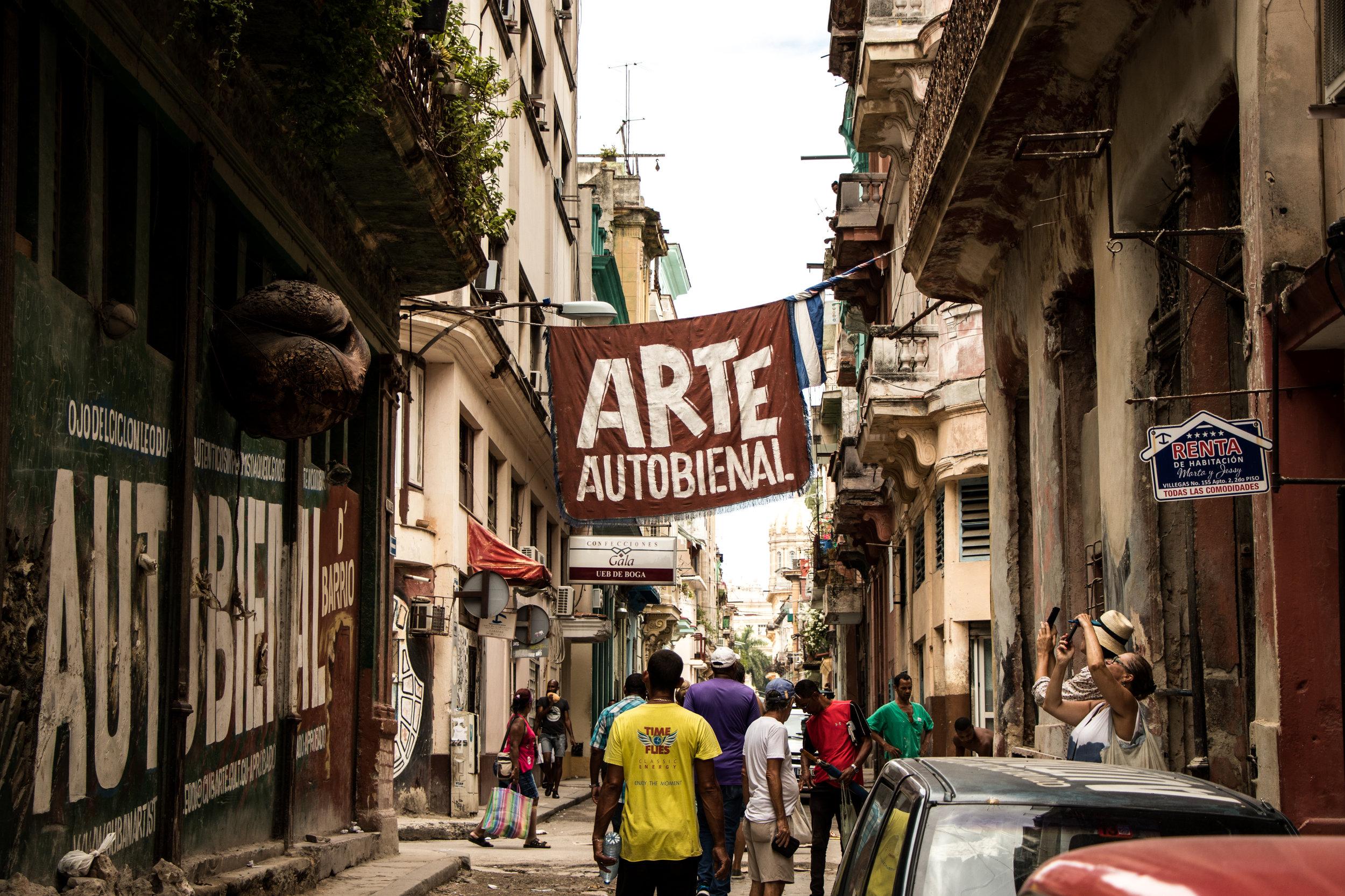La Habana, Cuba - Su capital es una ciudad perfecta para una escapada de pocos días. Punto de ebullición de la diversidad y los sabores cubanos, La Habana lo tiene todo para disfrutar cada segundo durante tu estadía. Los vuelos para llegar son generalmente cortos, no toman más de 5 horas en promedio, aun si tuviesen escalas. Las Habana Vieja y El Malecón son dos excelentes áreas para quedarte. Aquí tendrás gran diversidad de opciones para comer y pasarla bien en las fiestas distintivas con el espíritu cubano. Cuba es un destino que puede ser costoso o muy barato de acuerdo a cómo te planifiques. Si utilizas las herramientas adecuadas podrás pasar un fin de semana espectacular sin gastar más de $500 por persona.