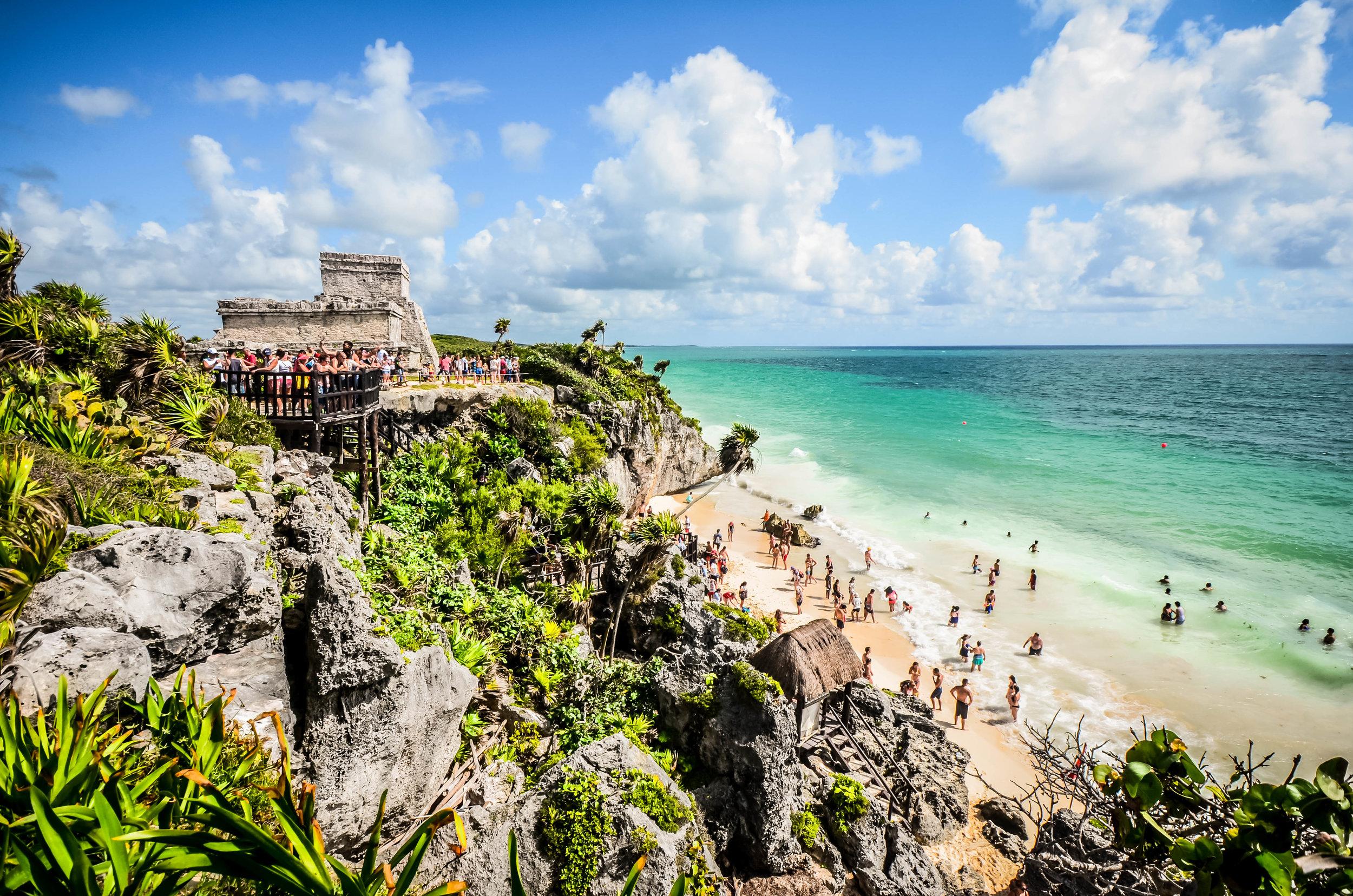 Tulum, México - Si estás buscando una escapada con playas idílicas y cultura, Tulum es la respuesta. Para llegar aquí deberás volar al aeropuerto de Cancún y luego llegar por tierra a Tulum. Probablemente uno de los pueblos que más preserva una identidad no tan afectada por el turismo en masa en la Península del Yucatán y en donde podrás experimentar la deliciosa gastronomía y típica cultura mexicana sin los omnipresentes tourist traps de otras ciudades cercanas como Cancún y Playa del Carmen. Cancún te permitirá desconectarte de todo, entre sus playas con un azul increíble y su ruinas y templos impresionantes; mientras Tulum, te hará testigo del México Bonito. No olvides escaparte a Chichen-Itza y visitar un cenote.