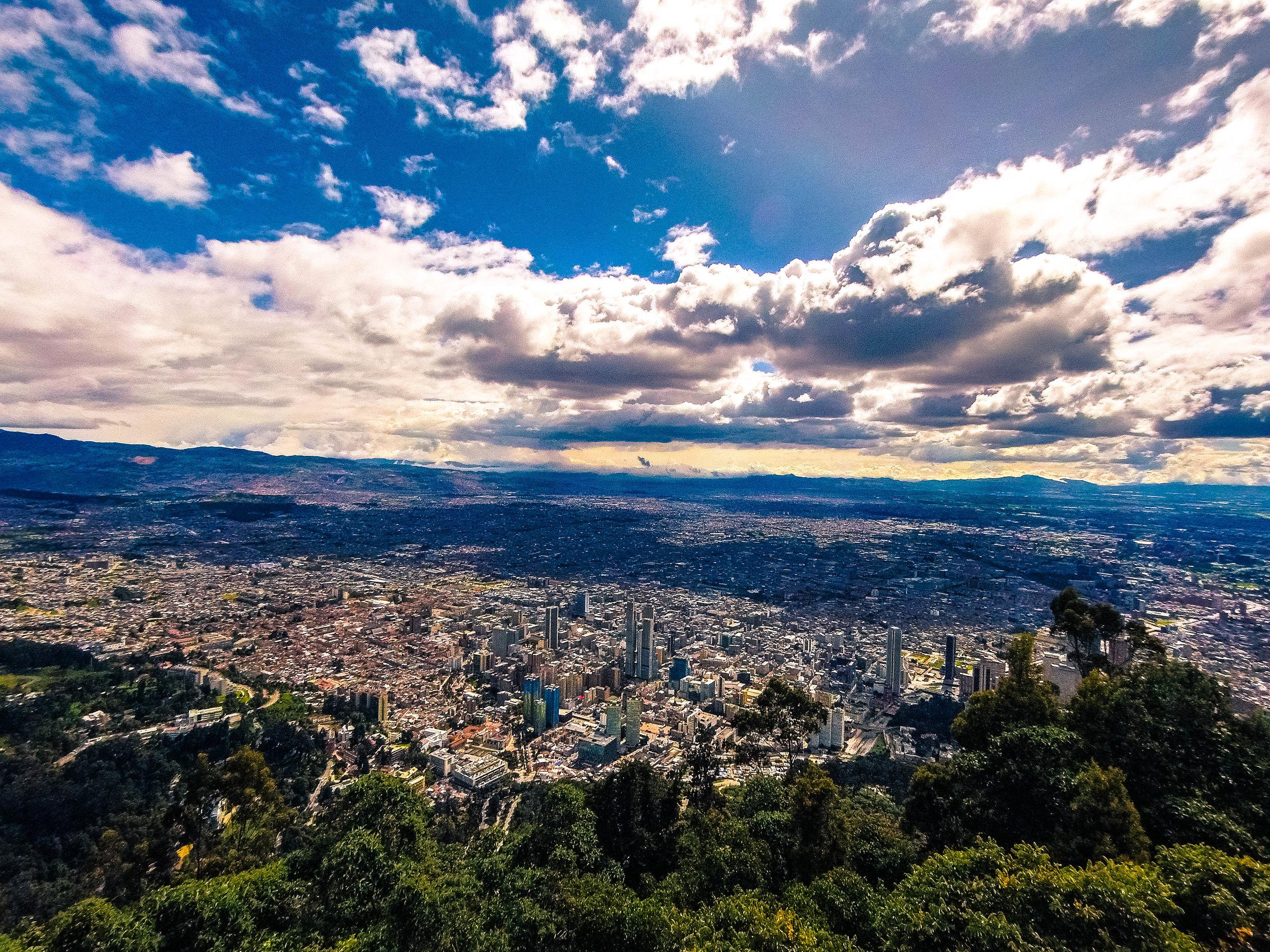 Bogotá, Colombia - Una de las ciudades más altas del mundo y una de las más baratas para el turista. Bogotá es una urbe con un clima único a pesar de estar en plena zona tropical. Quédate en la Zona Rosa, un área vibrante llena de bares, restaurantes y cafés. Vista la Monserrate. La vista es HERMOSA. No olvides Zipaquirá (catedral de sal), puedes llegar a la estación Portal Norte o Salitre y desde allí tomar un bus. Tampoco dejes fuera de tu lista Villa de Leyva (por bus) y el Museo de Oro en pleno centro capitalino. Los vuelos para llegar a Bogotá se pueden conseguir desde $110 a $240 cuando están en oferta.
