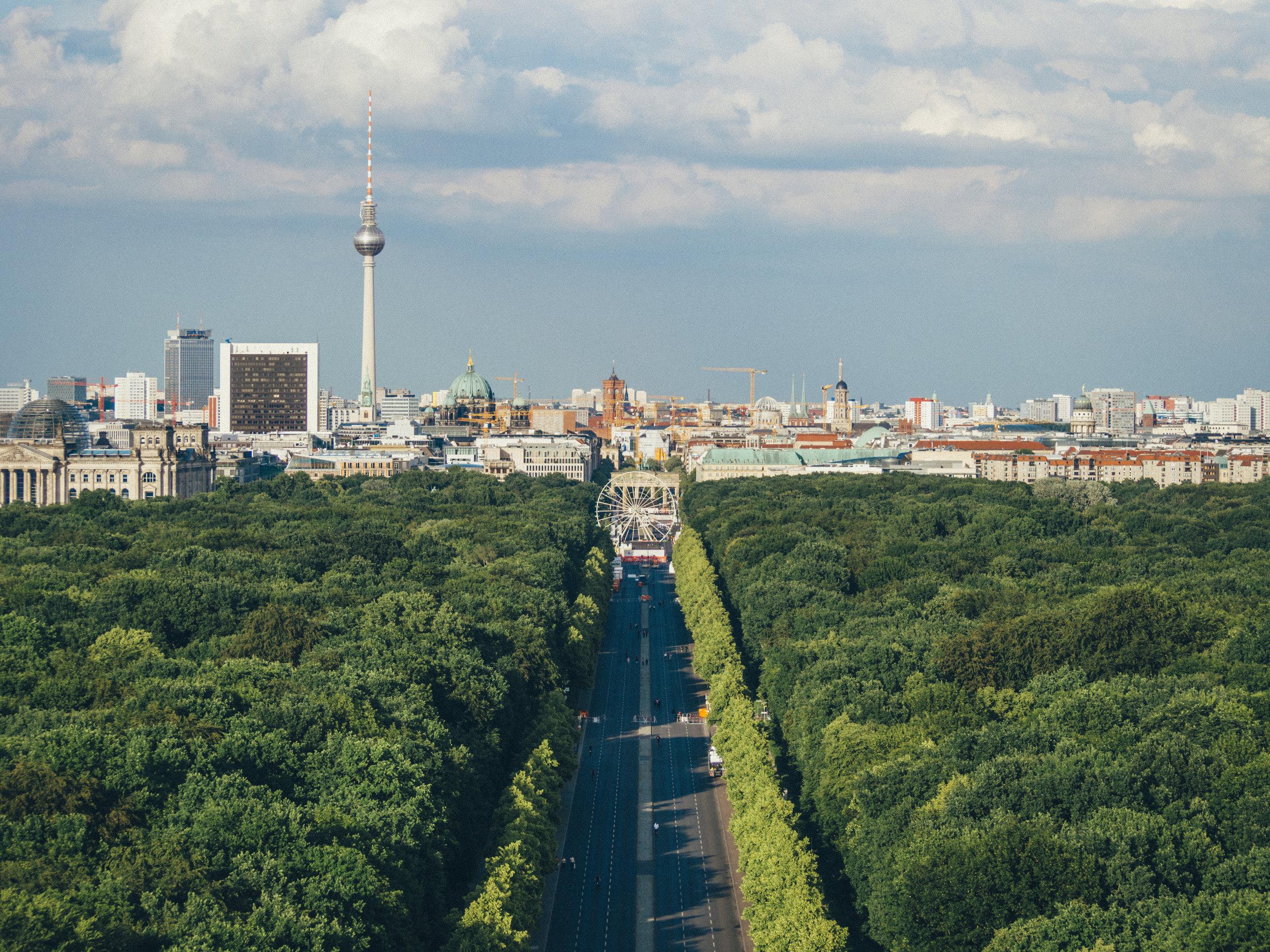 Berlín, Alemania - Muy pocas ciudades europeas han sido testigos de la destrucción y la reconstrucción como Berlín. Reconstruida de las cenizas luego de la Segunda Guerra Mundial la capital alemana es una ciudad moderna llena de museos, monumentos y lugares ricos en historia que son una opción de calidad para cualquier grupo de viajeros. Esto no es todo, Berlín es conocida como una de las mejores ciudades de todo Europa por sus fiestas de música electrónica y sus discotecas.