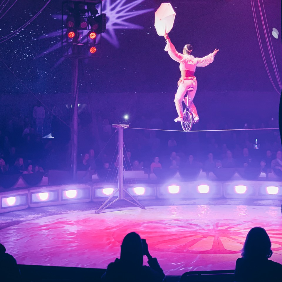En av cirkus Brazil Jacks skickliga akrobater