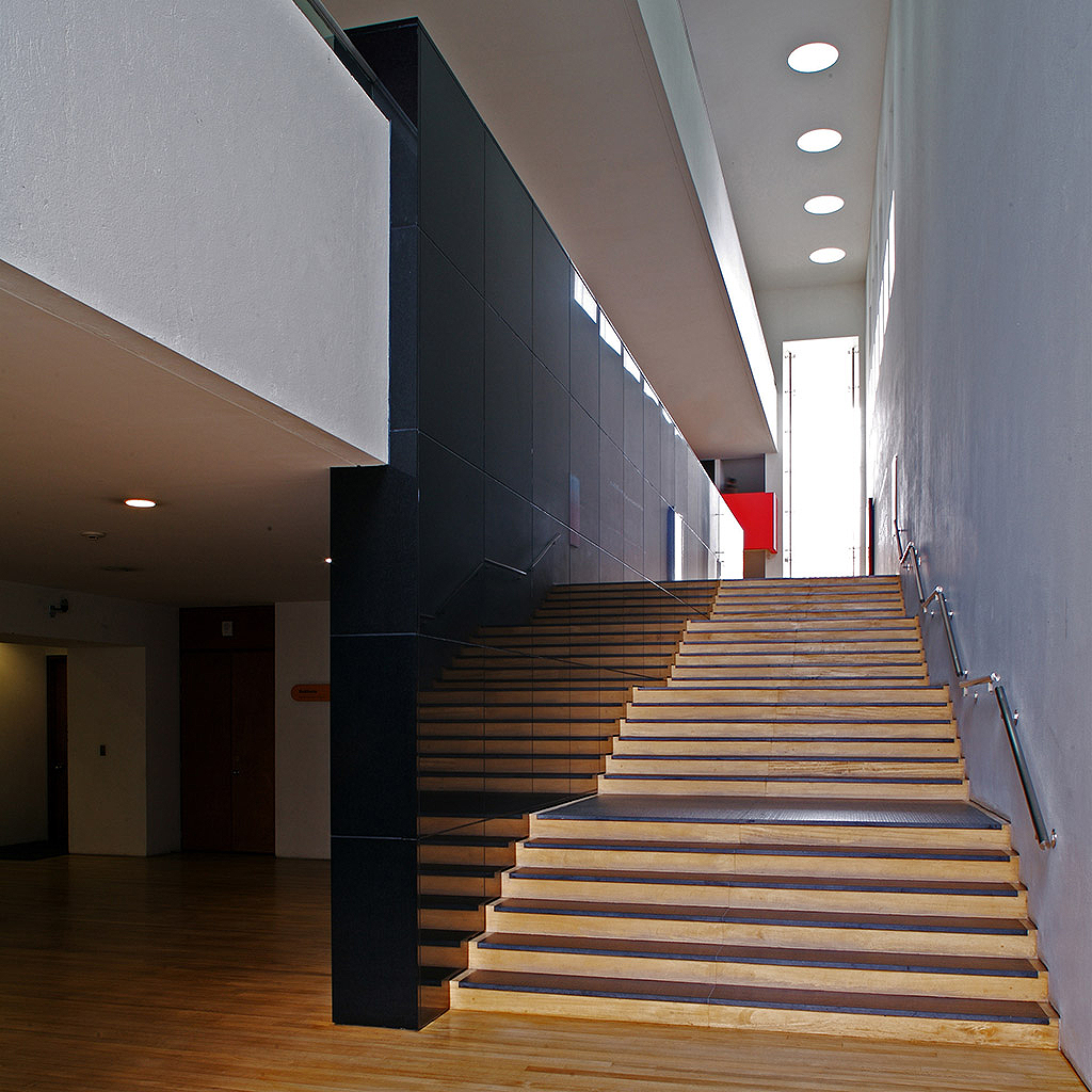 XIV BIENAL PANAMERICANA DE ARQUITECTURA DE QUITO, 2004 - Primer premio internacionalCategoría: diseño arquitectónicoMuseo de arte del Banco de la RepúblicaUbicación: Bogota, Colombia.