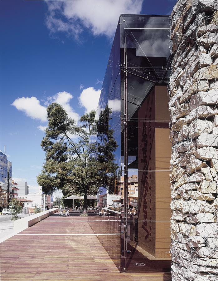 PREMIO GRANITOS Y MARMOLES 2005 - Categoría: institucional, comercial y aplicación exteriorProyecto: plaza y tienda Juan Valdez calle 73Location: Bogotá, Colombia.