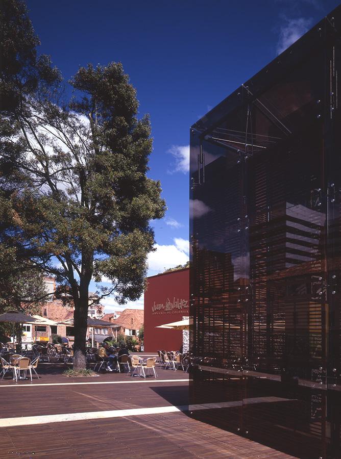 VIII PREMIO LÁPIZ DE ACERO 2005 - Lápiz de Acero azul a mejor diseño del añoLápiz de Acero a mejor proyecto arquitectónicoProyecto: plaza y tienda Juan Valdez calle 73Location: Bogotá, Colombia.