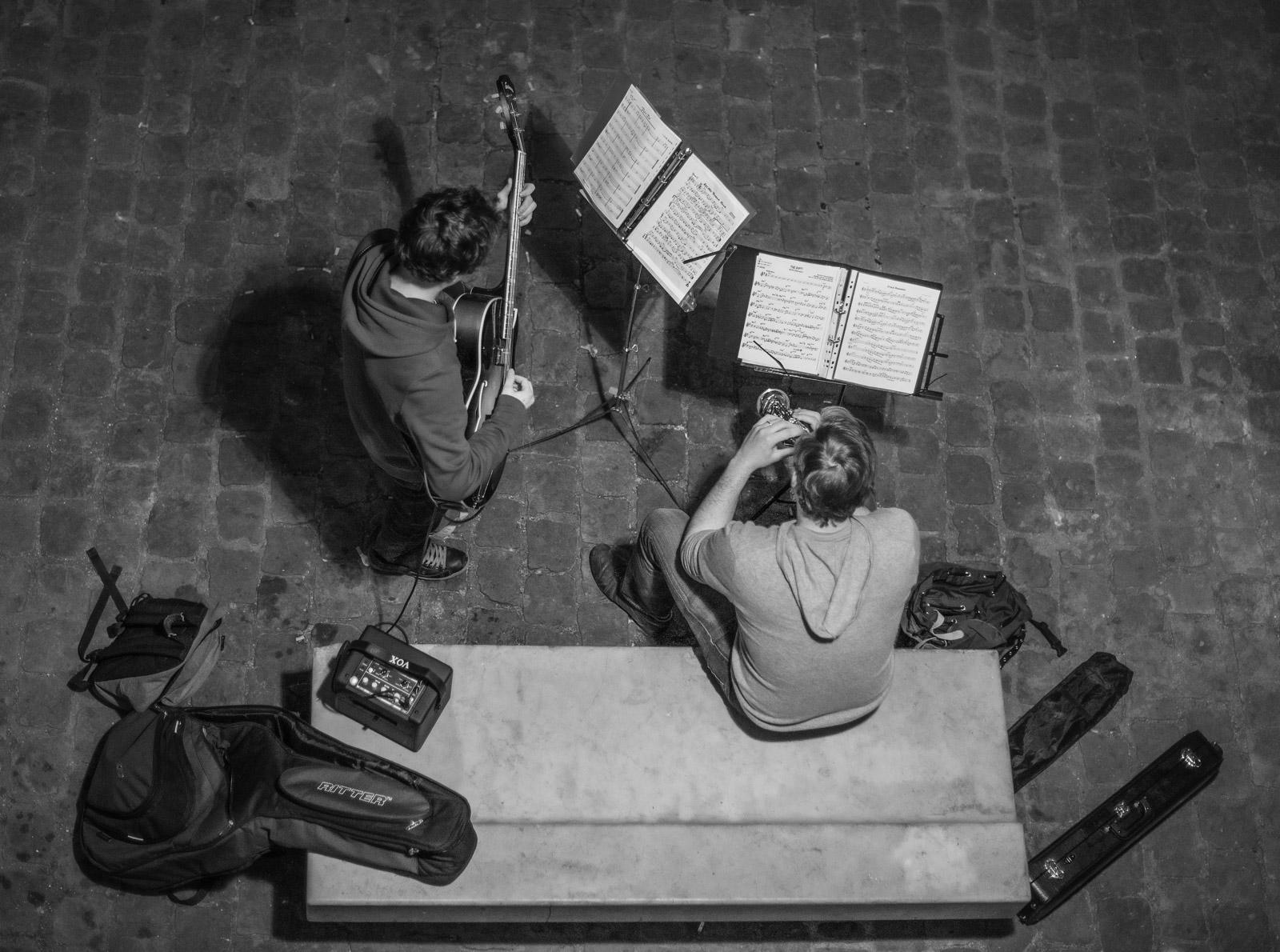 PARIS: RIVER SEINE MUSICIANS
