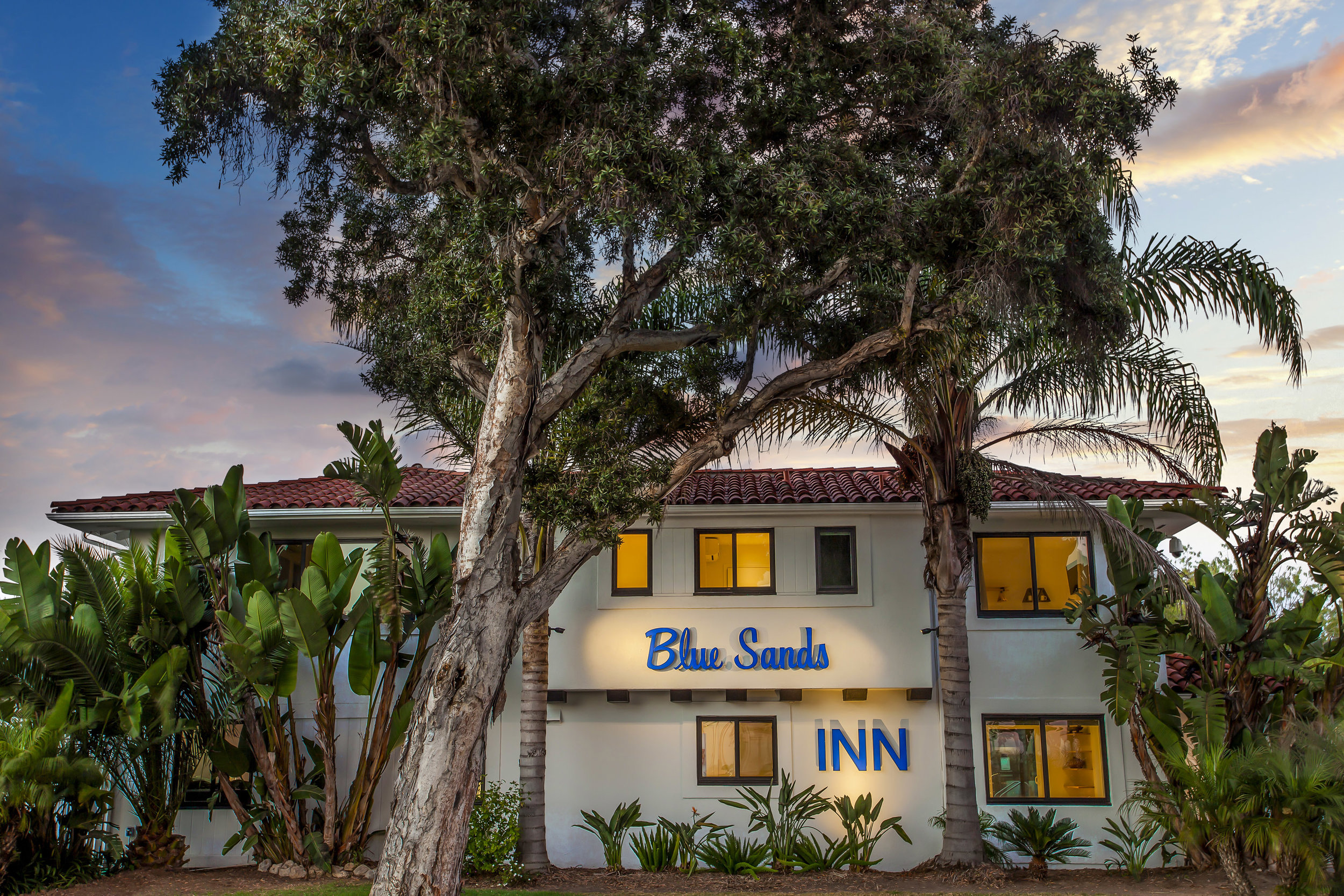 Welcome toBlue Sands Inn - Located just steps from Santa Barbara's famous East Beach and within walking distance to great restaurants, the Santa Barbara Zoo, the Wharf, and the famed Funk Zone, the Blue Sands Inn is centrally located in one of Santa Barbara's most sought after neighborhoods.