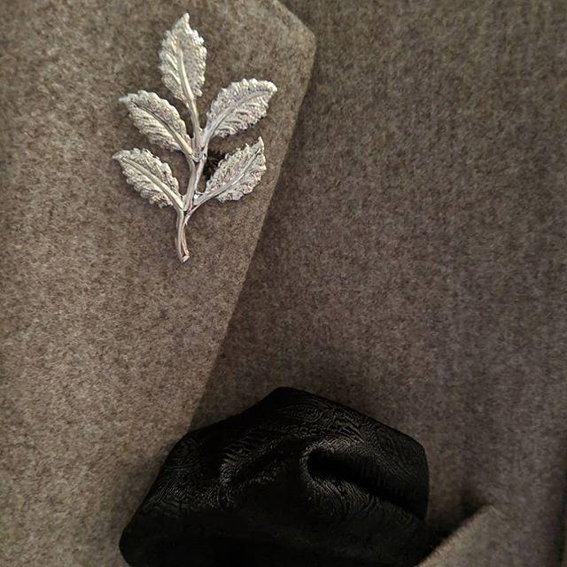 Just a reminder that leafs will be falling. Add them to your outfit #dappertodetails  _________________ #detailsmatter #classydapper #pocketsquare #lapelpins #dapper #dappermen#dapperman#denofmen#mensfashion#mensfashionpost #menwithstyle#dapperstyle#dapperedman#gentlemen#gentlemenstyle #gentleman#fashionpost#classicstyledmen#styleinspiration#menfashion #mensstyle#mensessentials#menstylesuit#mensaccessories#suit #styleoftheday