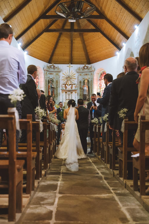Mariée marchant vers l'autel