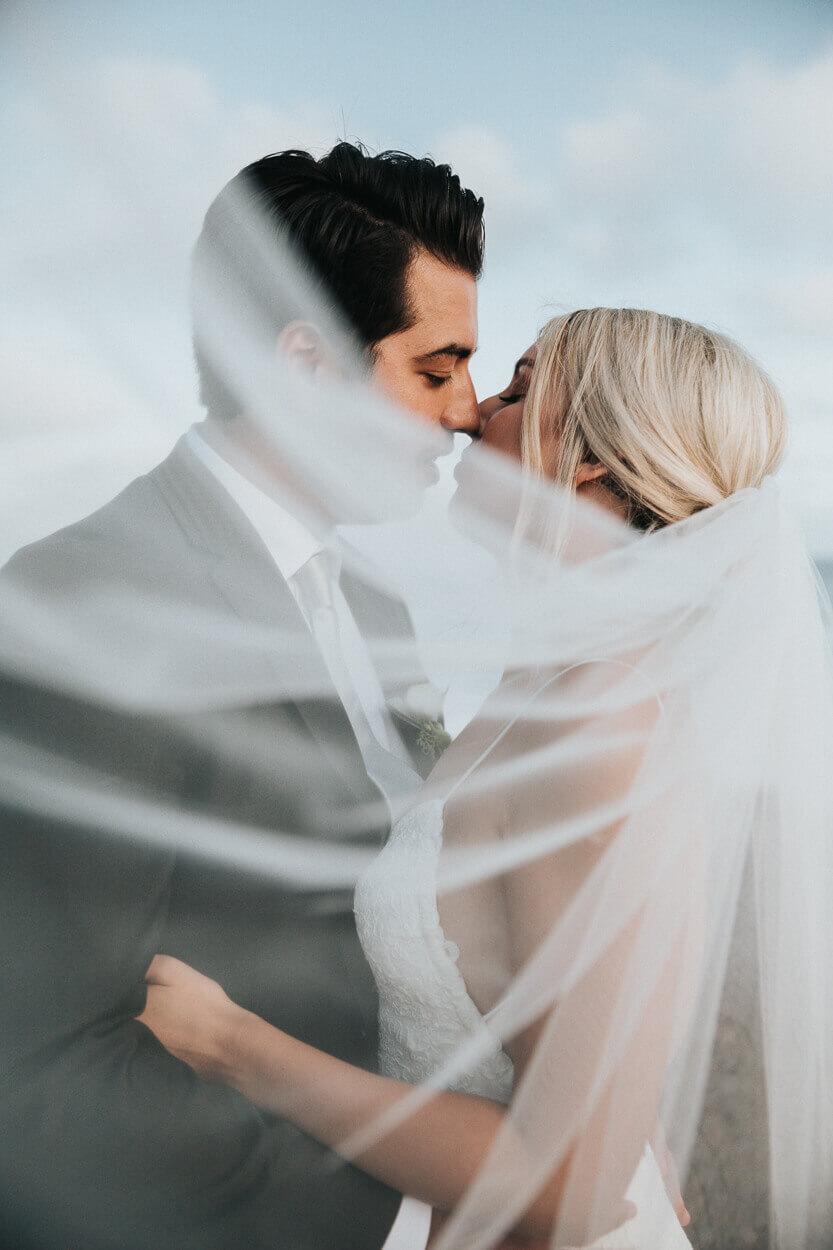 couple de mariés s'embrassant