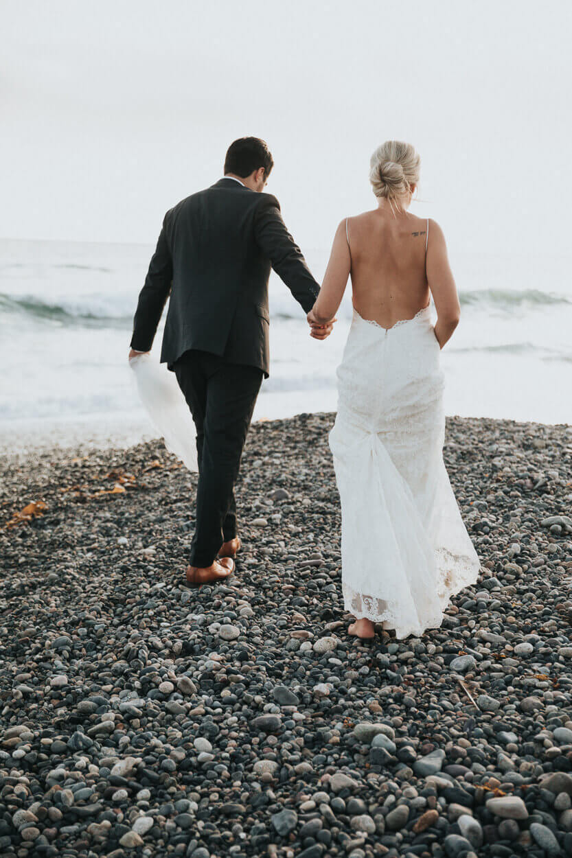 mariés marchant sur la plage